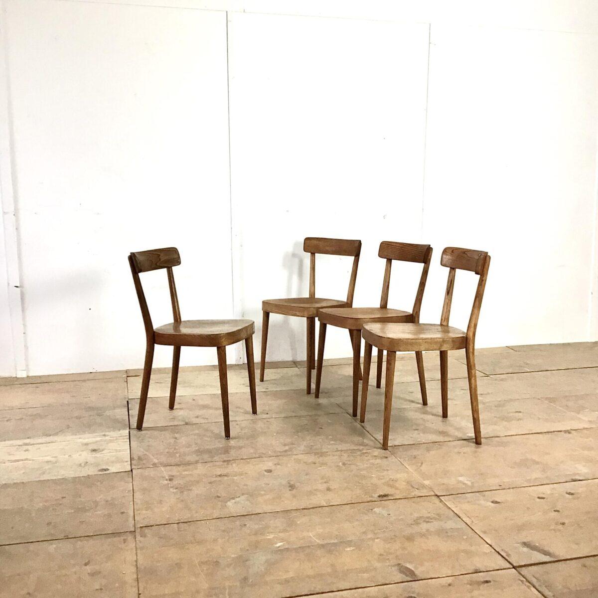 4 Horgenglarus Stühle von Werner Max Moser preis pro Stuhl. Die Stühle sind aus Esche dunkelbraun gebeizt. Beine rund verjüngend. Hinterbeine Dampfgebogen mit sehr schönem Abschluss hinter der Lehne. Die Rückenlehne ist im Vergleich zu anderen Horgenglarus Stühlen sehr minimal gehalten, nur auf das nötigste reduziert. Was auch auf den ganzen Stuhl zutrifft, trotzdem kommen Ergonomie und Stabilität nicht zu kurz.