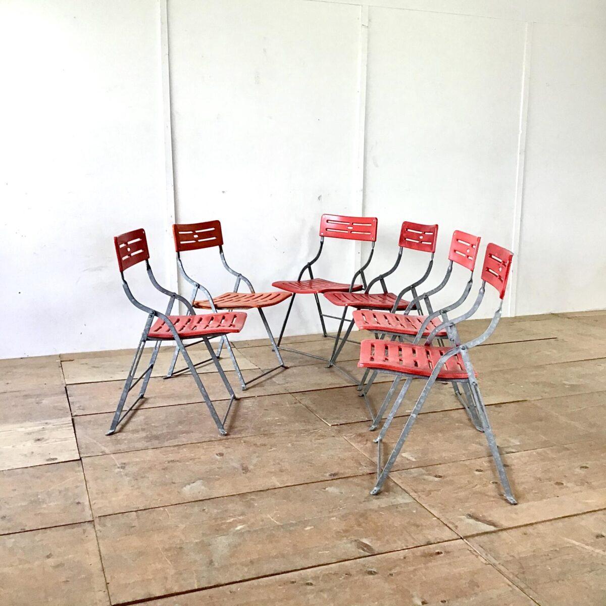 Vintage Gartenstühle preis pro Stuhl. Metall klapp gestell feuerverzinkt. Qualitative Mechanik in sehr gutem Zustand. Sitzfläche und Lehne Kunststoff etwas verbraucht teilweise angemalt aber ganz. Die Klappstühle können Platz sparend zusammen gestellt werden.