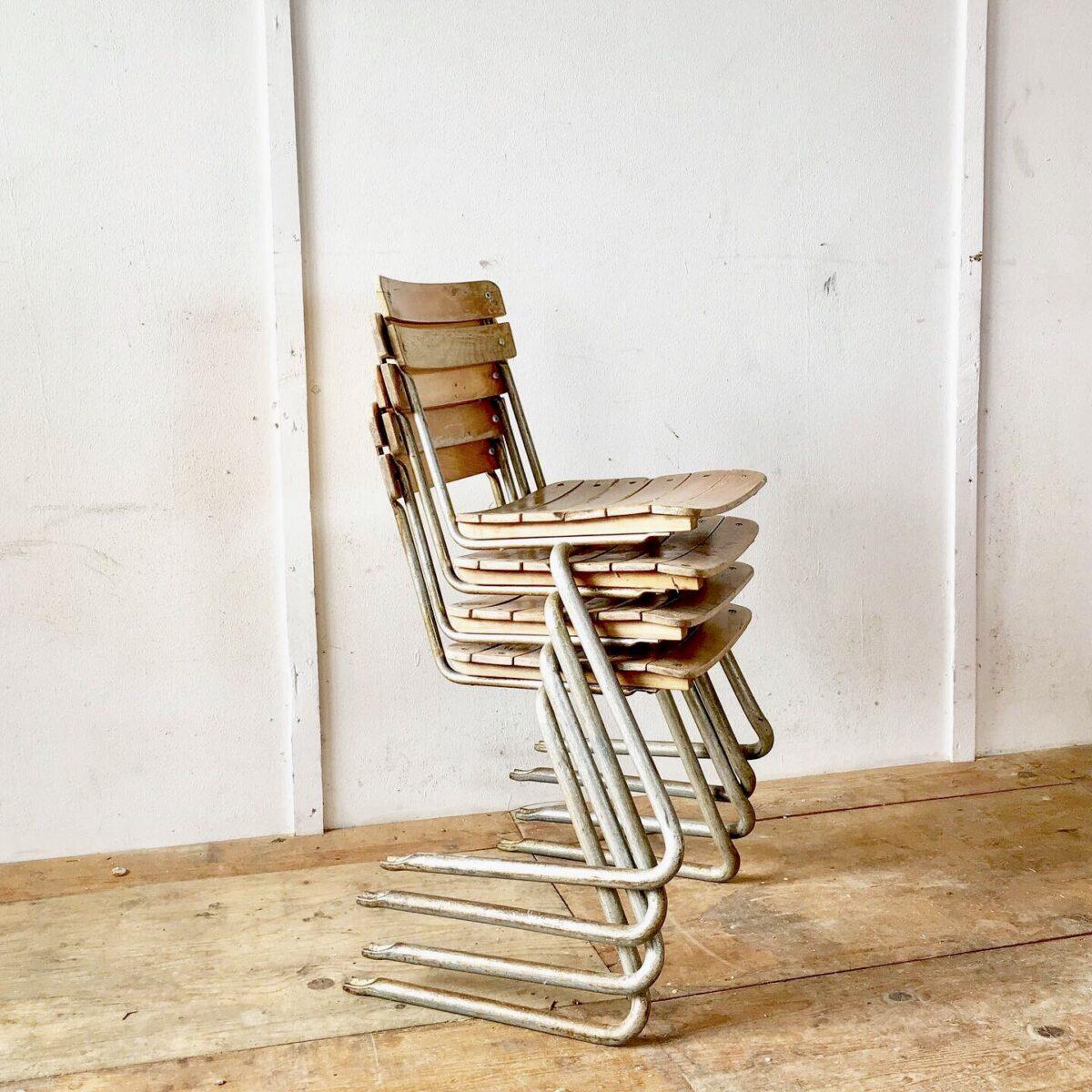 60 Stapelbare Freischwinger Stühle preis pro Stuhl. Metallgestell mit regelmässiger Patina. Lättli in sehr verschiedenem Zustand, der Lack ist teilweise noch gut, gesplittert oder ganz weg. Die Holz Substanz ist intakt, lättli können gut geschliffen werden.