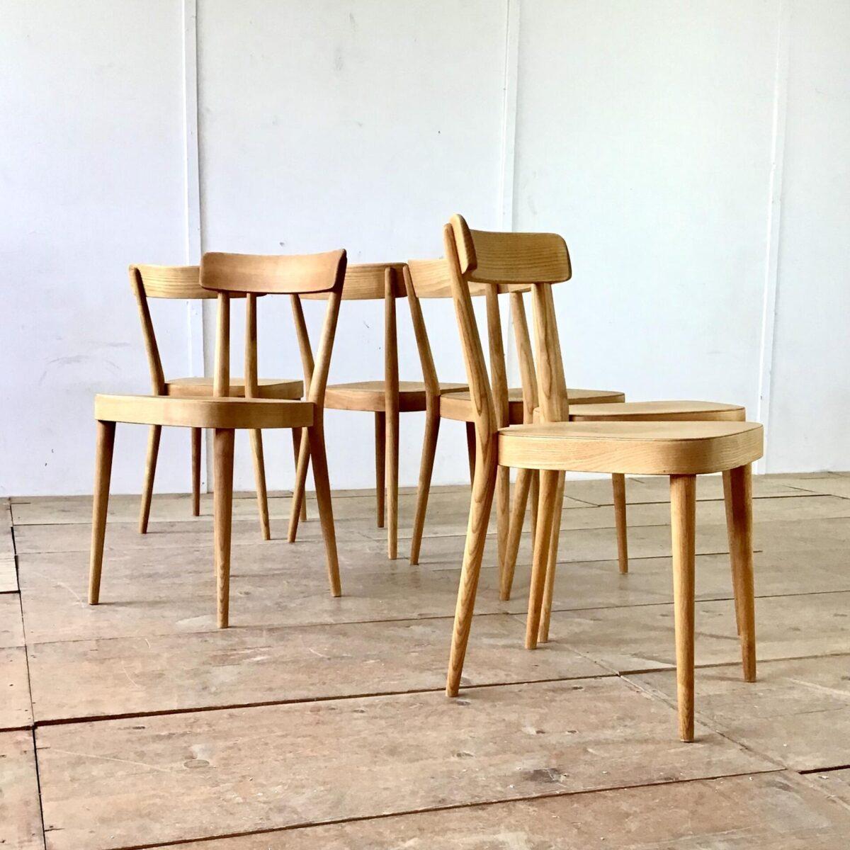 7 Horgenglarus Stühle von Werner Max Moser preis pro Stuhl. Die Stühle sind aus Esche, Beine rund verjüngt. Hinterbeine Dampfgebogen mit sehr schönem Abschluss hinter der Lehne. Die Rückenlehne ist im Vergleich zu anderen Horgenglarus Stühlen sehr minimal gehalten, nur auf das nötigste reduziert. Was auch auf den ganzen Stuhl zutrifft, trotzdem kommen Ergonomie und Stabilität nicht zu kurz. Die Stühle sind geschliffen und geölt, matte warme honiggelbe Ausstrahlung.
