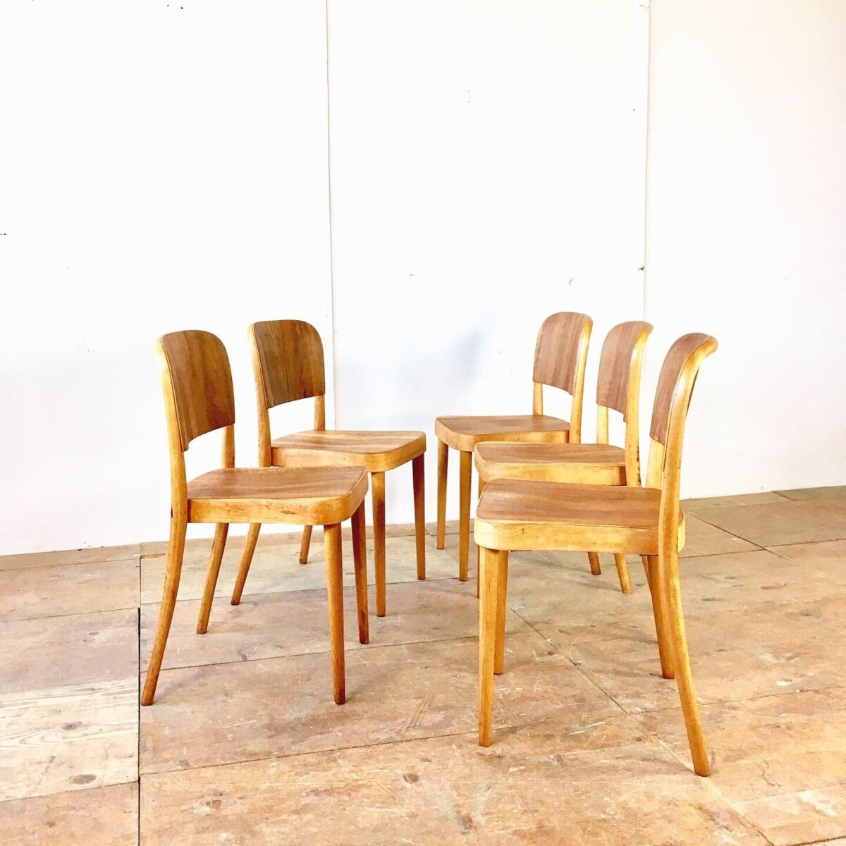 Horgenglarus Stühle von Max Ernst Haefeli. Beizenstühle, Holzstühle, stapelstühle, preis pro Stuhl. Buchenholz bugholz Beine. Lehne und Sitzfläche Nussbaum Sperrholz. Sehr Ergonomisch, stabiler Zustand. Warme honiggelbe Ausstrahlung in Kombination mit den etwas dunkleren Nussbaum Sperrholz Flächen. Holz mit naturöl behandelt. Ca. 30 gleiche mit Birken Sperrholz sind auch noch vorhanden.