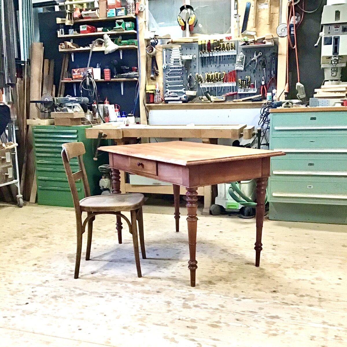 Alter Holztisch, massivholz Kirschbaum mit Schublade. 120mal73.5cm höhe 75.2cm. Gedrechselte Beine, Tischblatt geölt, schöne Beizentisch profilkante.