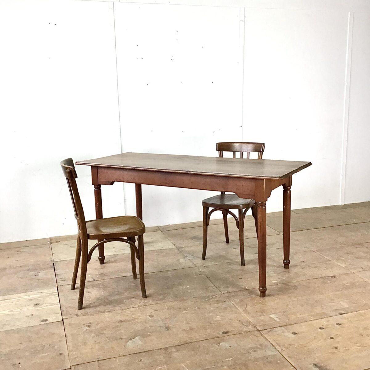 Holztisch Buche massiv dunkel gebeizt 160mal67cm. Tischblatt mit regelmässiger Alters Patina und profilierter Kante. Beine gedrechselt, zargen ausgenommen für eine angehneme Beinfreiheit.
