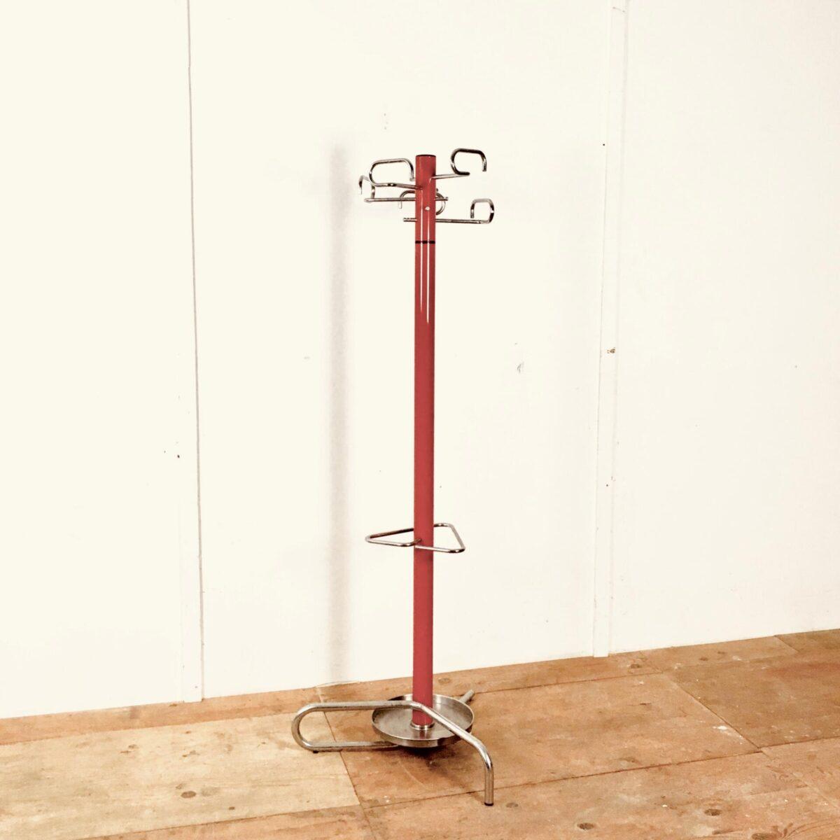 Vintage Garderobenständer. 147cm hoch Durchmesser standfläche ca. 60cm. Die Mittelstange rot lackiert der obere teil ist drehbar. Kleiderhaken, Standfuss und Schirm Halter Metall verchromt. Wasser tropfwanne Chromstahl.