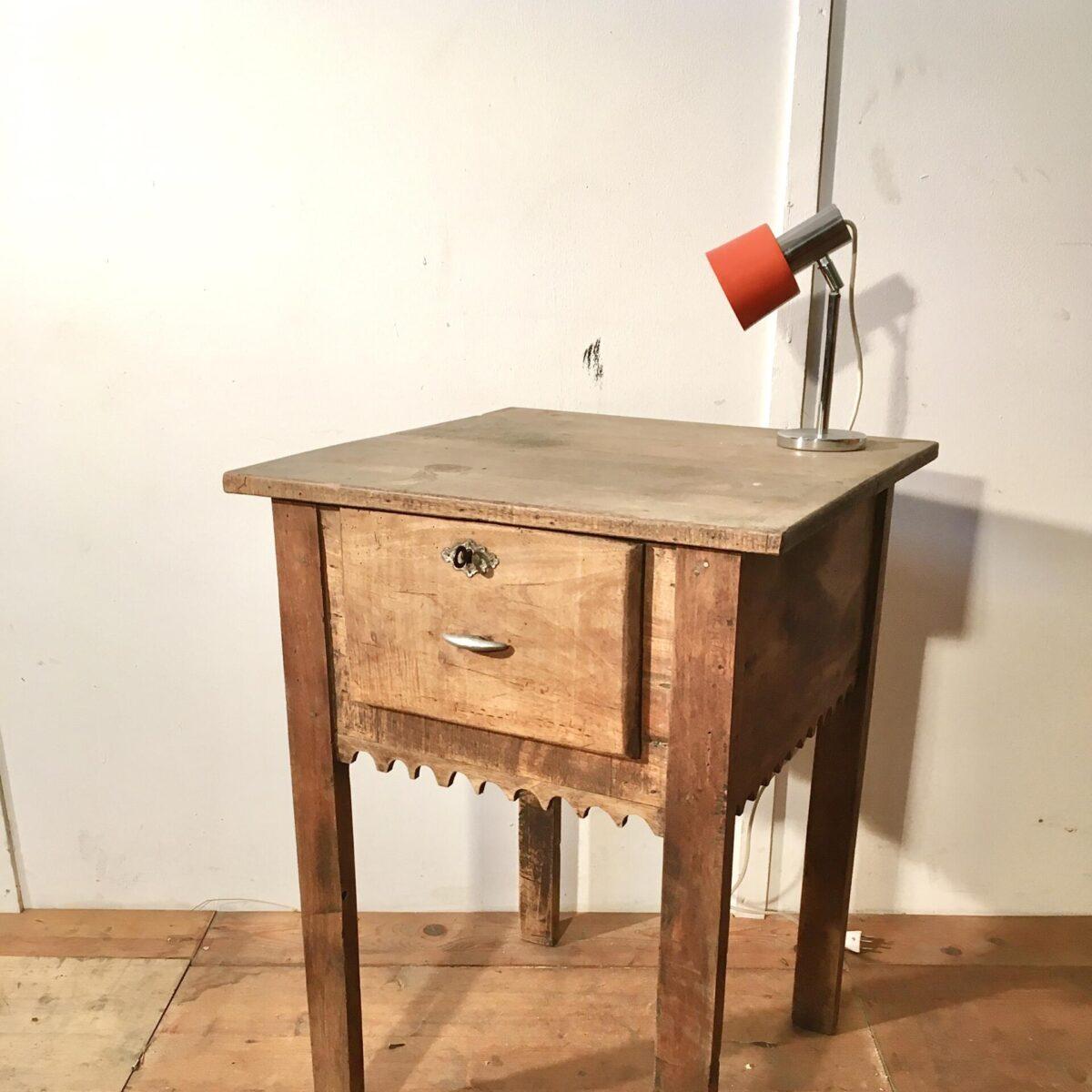 Kleiner Sekretär, Apero tisch, Beistelltisch, Blumen tisch mit Schublade. 60mal60cm höhe 82cm. Nussbaum Massivholz die Schublade ist abschliessbar, griff Aluminium Guss.