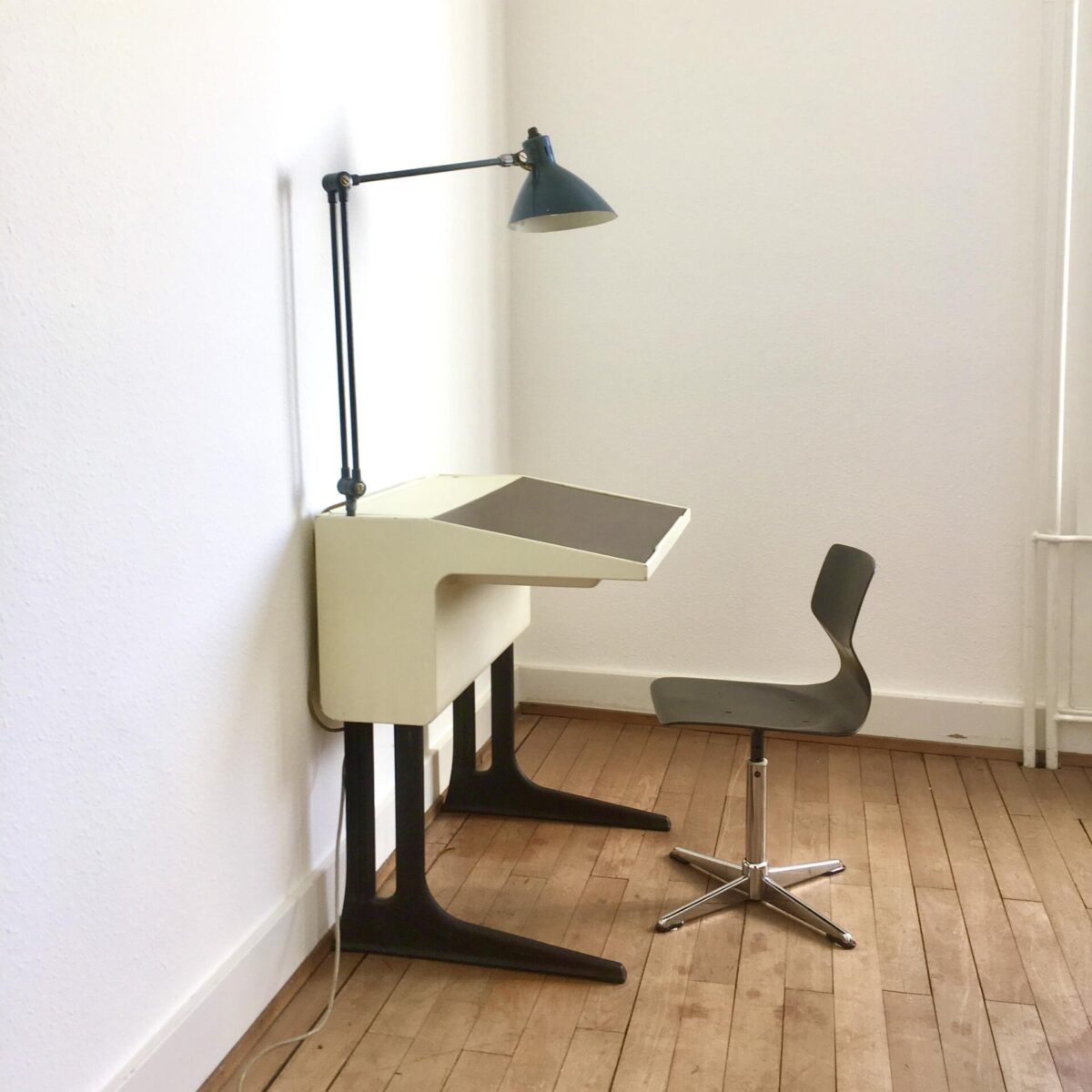 Schreibtisch von Luigi Colani für Flötotto. Dieser Kinder Schreibtisch und Stuhl sind höhenverstellbar und wachsen somit mit dem Kind mit. Tischfläche kann in zwei Positionen gestellt werden. Der hintere Teil kann als Stauraum genutzt werden, mit einer abschliessbaren Klappe. Die Originale Lampe ist nicht mehr vorhanden.