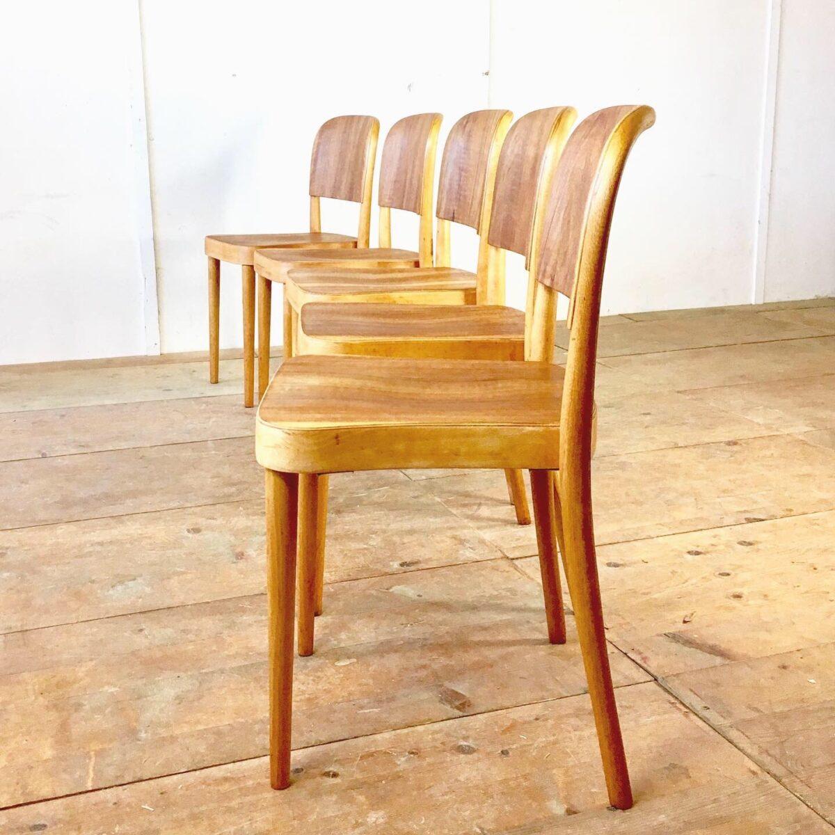 Haefeli Stühle, Horgenglarus Stühle von Max Ernst Haefeli. Beizenstühle, Holzstühle, stapelstühle, preis pro Stuhl. Buchenholz bugholz Beine. Lehne und Sitzfläche Nussbaum Sperrholz. Sehr Ergonomisch, stabiler Zustand. Warme honiggelbe Ausstrahlung in Kombination mit den etwas dunkleren Nussbaum Sperrholz Flächen. Holz mit naturöl behandelt. Ca. 30 gleiche mit Birken Sperrholz sind auch noch vorhanden.