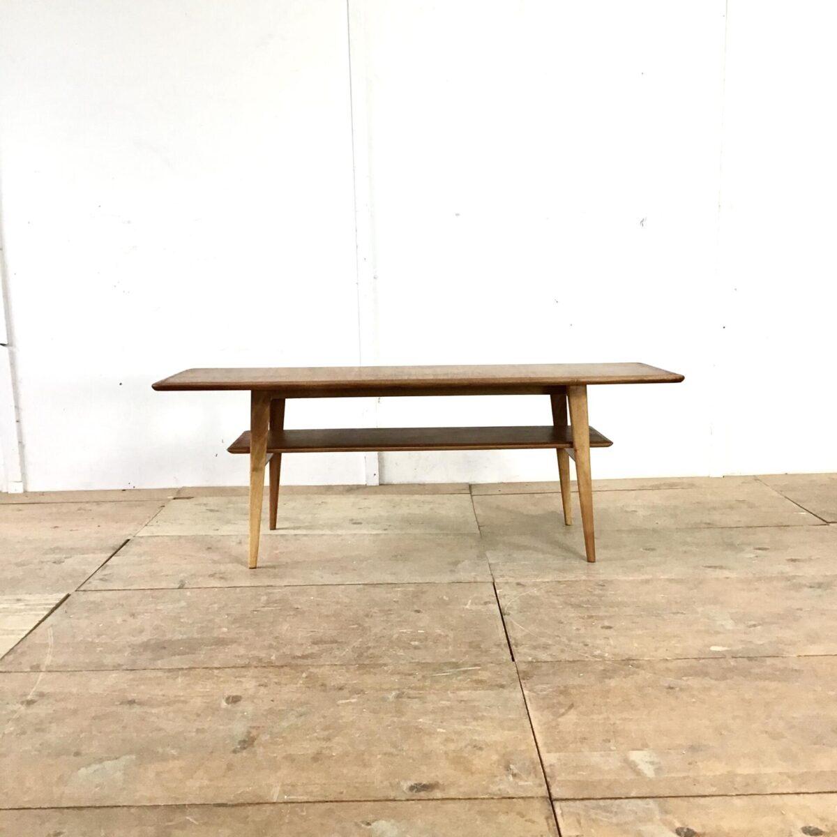 Vintage Salontisch 135cm mal 50cm Höhe 48cm. Länglicher Couchtisch Nussbaum mit Schachbrett Muster. Tischblatt und zeitungsfach furniert. Tischgestell aus vollholz.