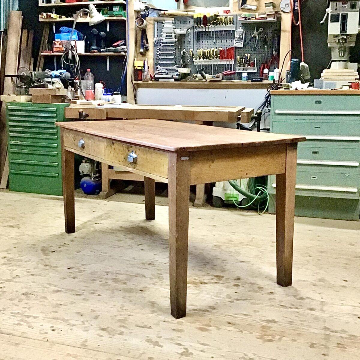 Alter Arbeitstisch 157mal77cm höhe 78cm. Die aufbereitete Tisch Oberfläche eignet sich auch zum normalen Esstisch, basteltisch oder nähtisch. Stämmiger Unterbau zwei Schubladen mit muschelgriffen.