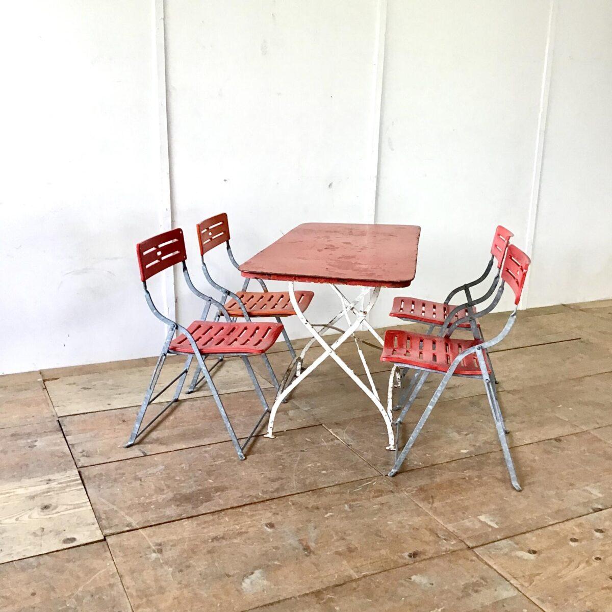Alter Jugenstil Gartentisch mit sehr seltenem Format 140cm mal 61cm Höhe 75cm. Der Metalltisch ist Zusammen klappbar.