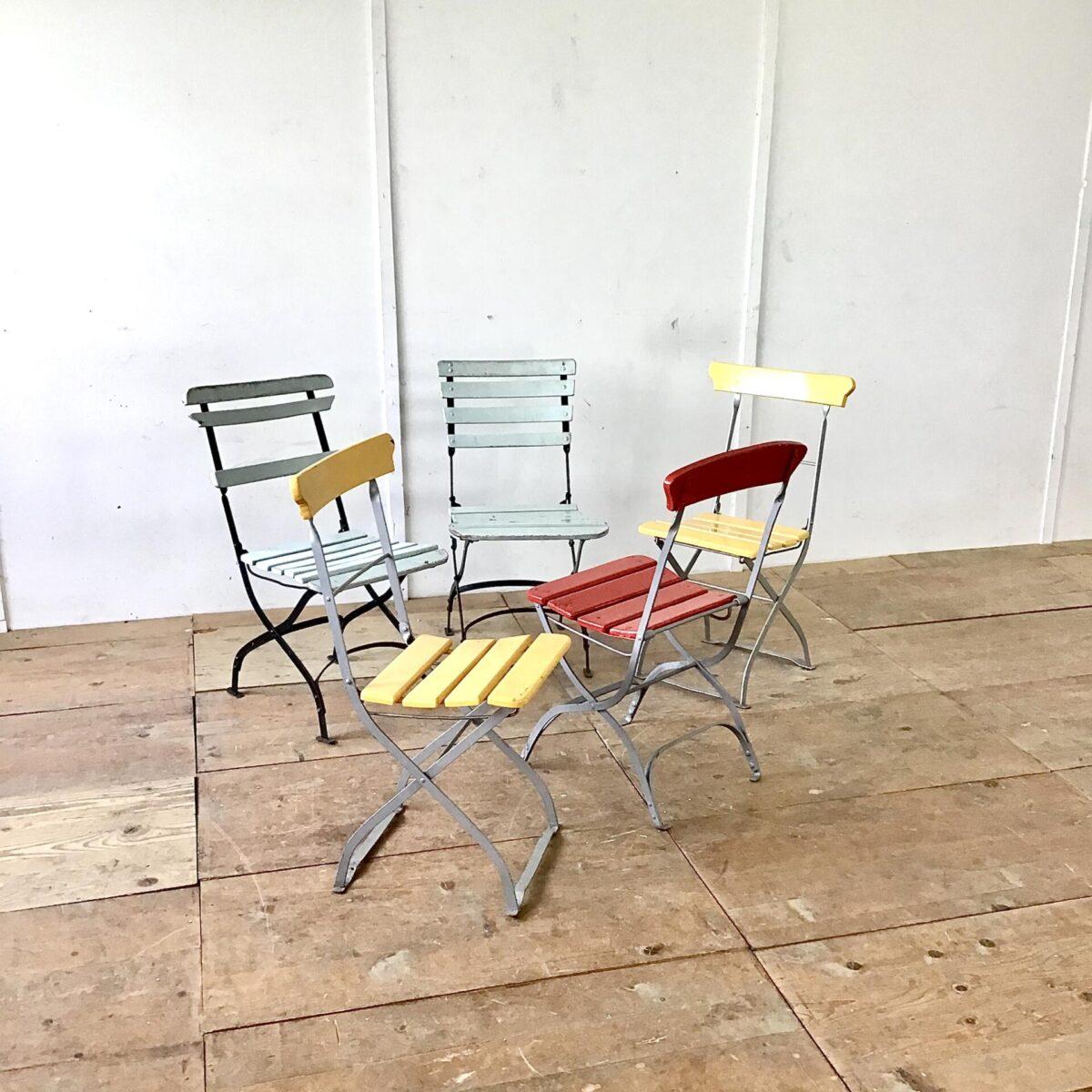 Verschiedene Jugendstil Gartenstühle, Biergarten Stühle. Metall Klappstühle mit Holzlättli