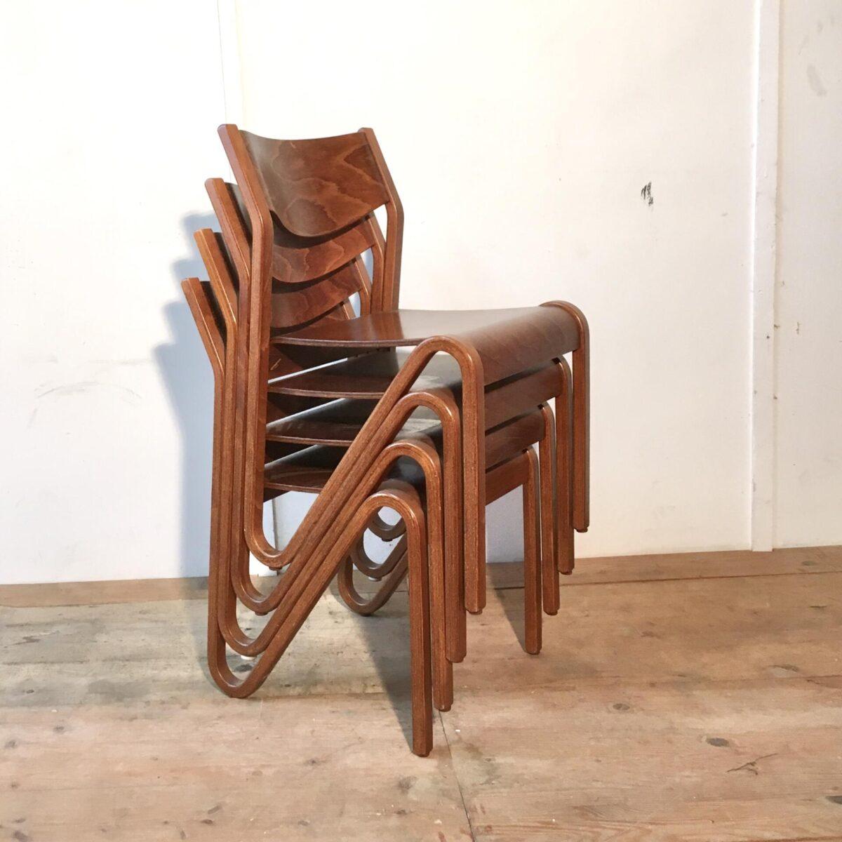 24 Stühle von Zingg Lamprecht. Preis pro Stuhl. Die Stühle sind aus Buchenholz Formverleimt. Dunkelbraun gebeizt und Lackiert. In gutem Zustand hochwertige Verarbeitung. Das spezielle Design geht wohl über einen simplen funktionalen Stapelstuhl hinaus. Bequeme Esszimmer Stühle. Stapelbare Schulstühle, Mensa Stühle, Saal Bestuhlung.