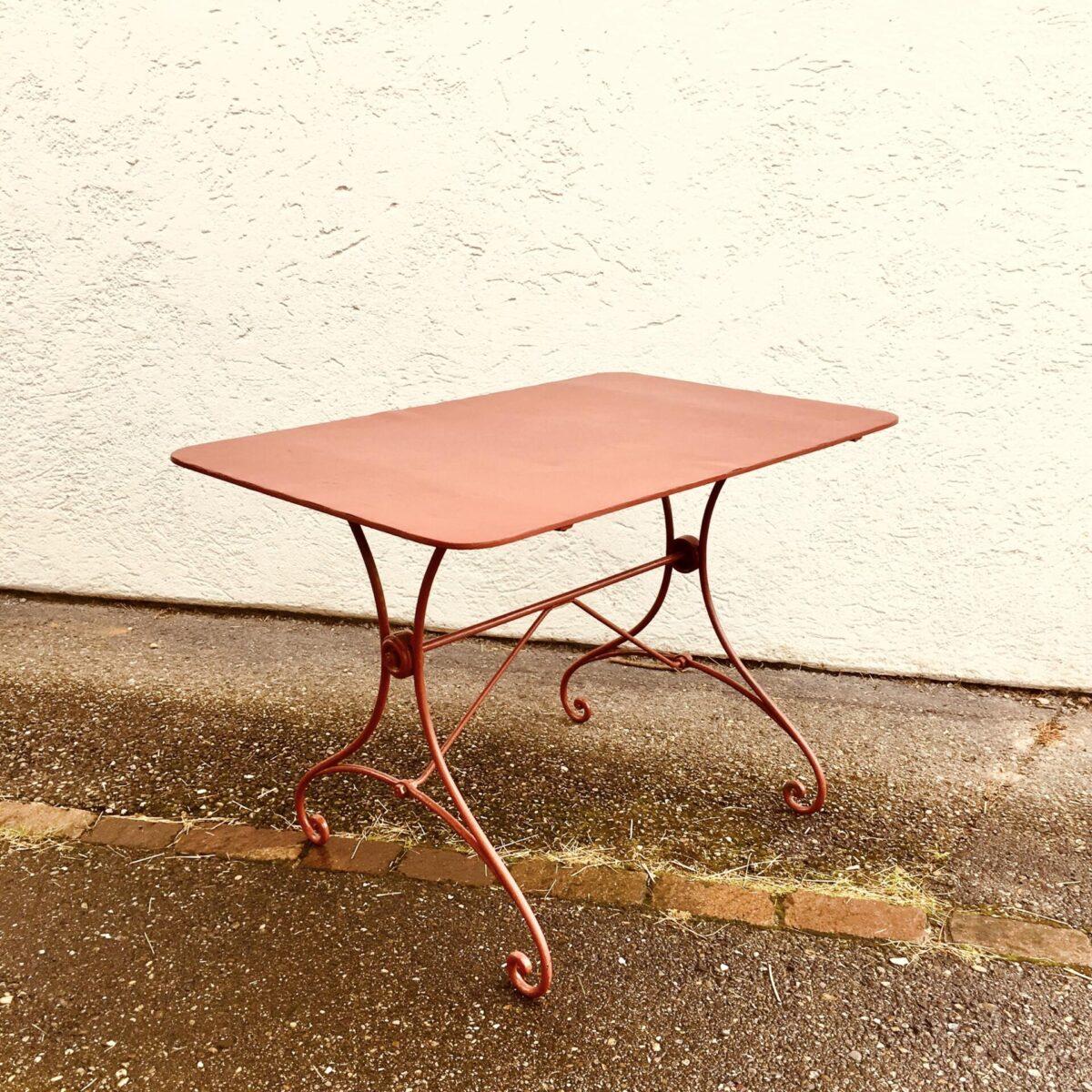 Antiker Jugendstil Gartentisch 110cm mal 70cm Höhe 75cm. Metall Gartentisch in mattem rot/braun.