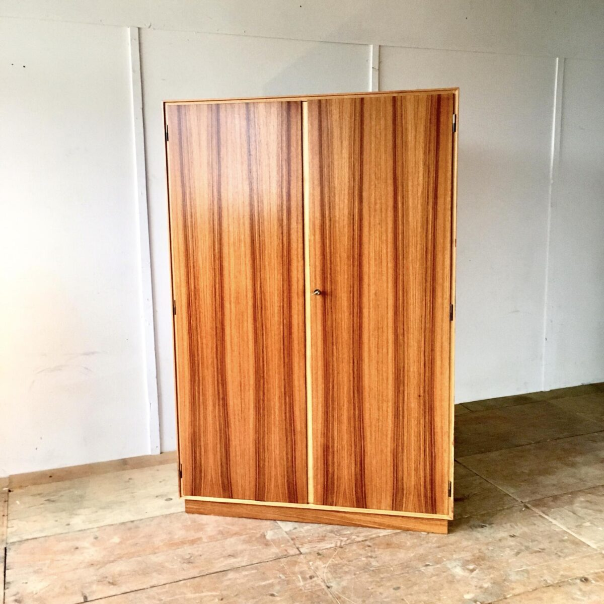 Vintage Palisander Kleiderschrank von maerki-bapst Zürich. 110cm breit 60cm tief 167cm hoch preis pro Schrank. Kleiderschrank 50er/60er Jahre. Innenraum mit Kleiderstange Talaren und Spiegel.