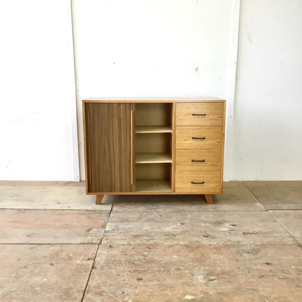 Schuhschrank 90cm mal 34cm Höhe 70cm. Kommode 60er 70er Jahre. Sideboard aus Tannenholz mit Schubladen und Schiebetüren.