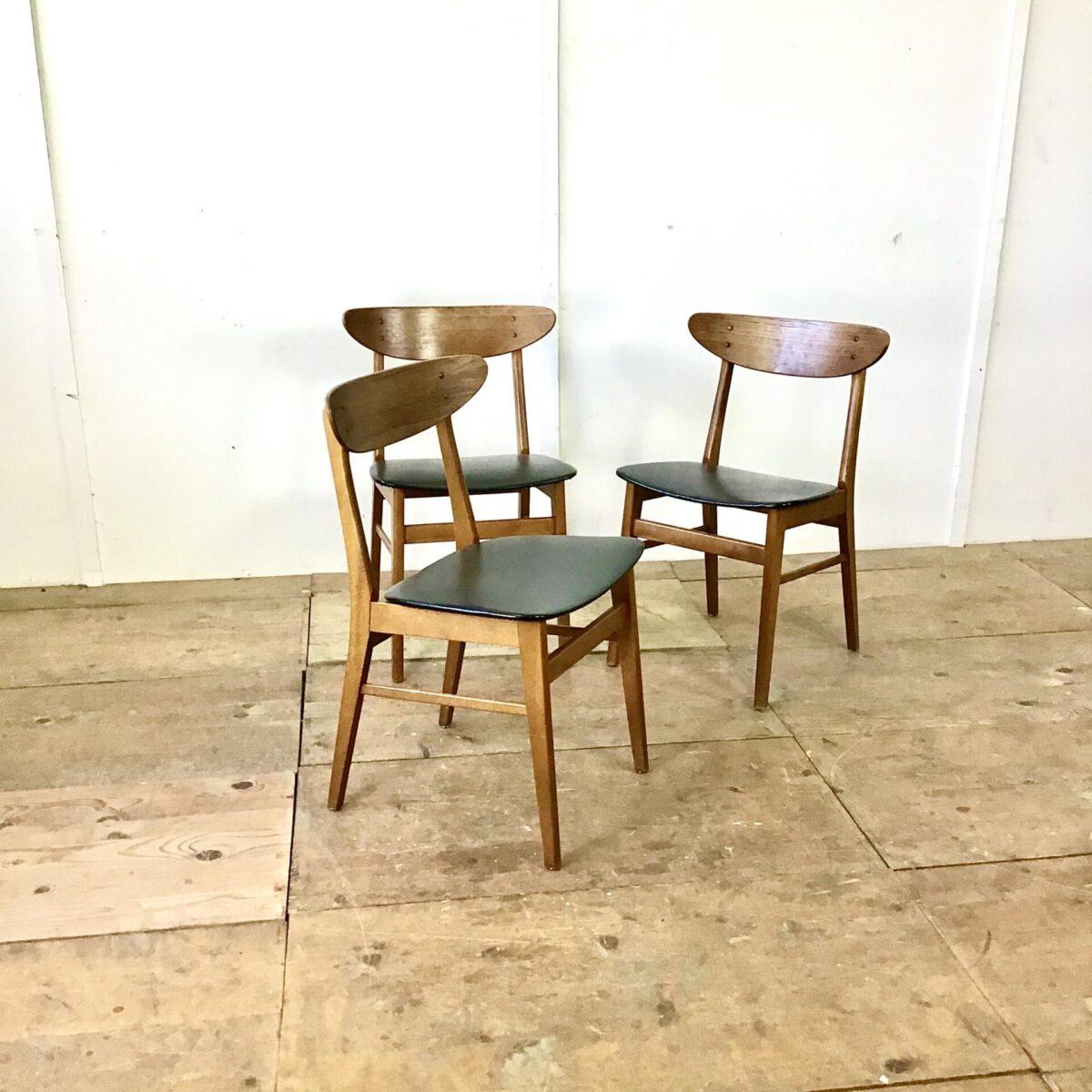 Drei Stühle von Farstrup Denmark. Buchenholz Gestell mit Teak Rückenlehne. Sitzfläche schwarzes Kunstleder.
