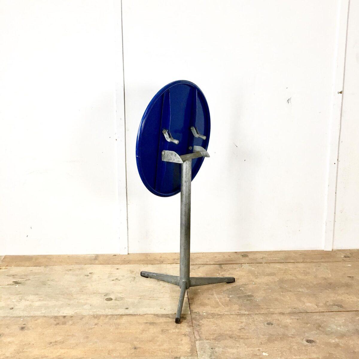 Kleiner runder Metall Gartentisch Durchmesser 55cm Höhe 70cm. Klapptisch Metall Fuss feuerverzinkt Tischblatt dunkelblau.