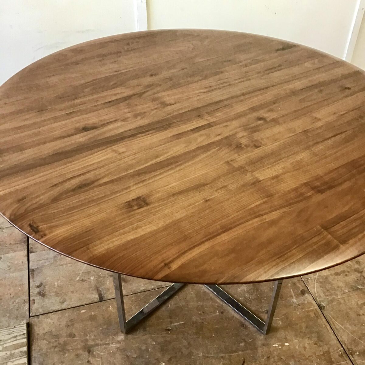 Runder Tisch Durchmesser 120cm Höhe 74cm. Das Tischblatt ist aus Nussbaum Vollholz, Kanten schön abgerundet. Tischfuss Metall verchromt kann liegend auch als Salontisch verwendet werden höhe 54cm.