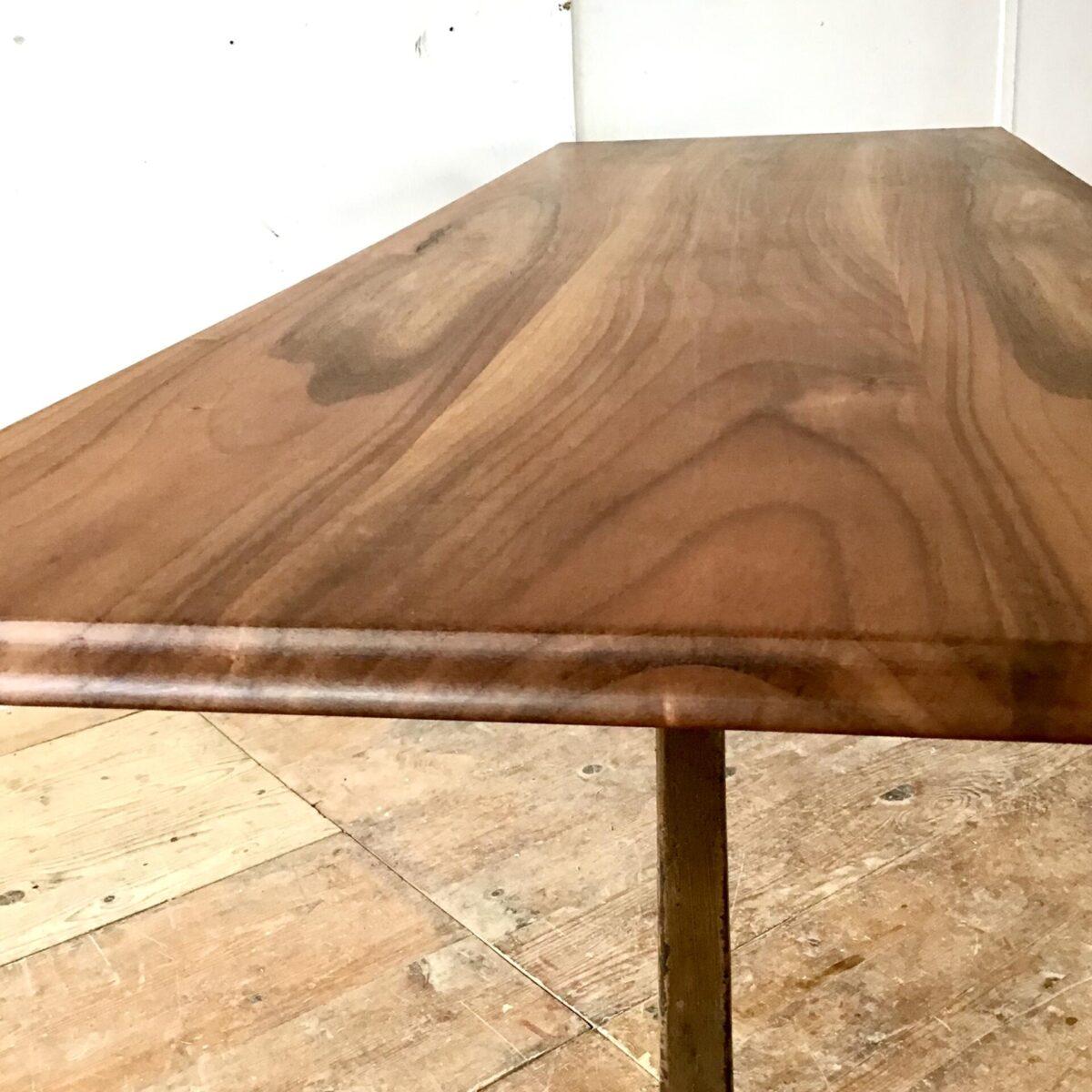Nussbaum Esstisch mit Horgen Glarus Gussfüssen. 197cm mal 70.5cm höhe 73.5cm Gusseisenfüsse wählbar. Tischblatt Vollholz mit Beizentisch Profilkante, Oberfläche geölt.