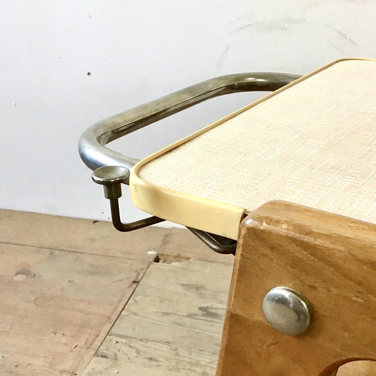 60er 70er Jahre Servierwagen mit elektrischer Heizplatte. 80cm mal 44cm Höhe 60cm. Nussbaum Vollholz lackiert mit Kugel Rollen. Deckblatt Kelko leicht rosa meliert. Das elektro Kabel hat einen mechanischen Einzug, einem Staubsauger ähnlich. Auch als Sofa Beistelltisch oder schnaps Regal praktisch.