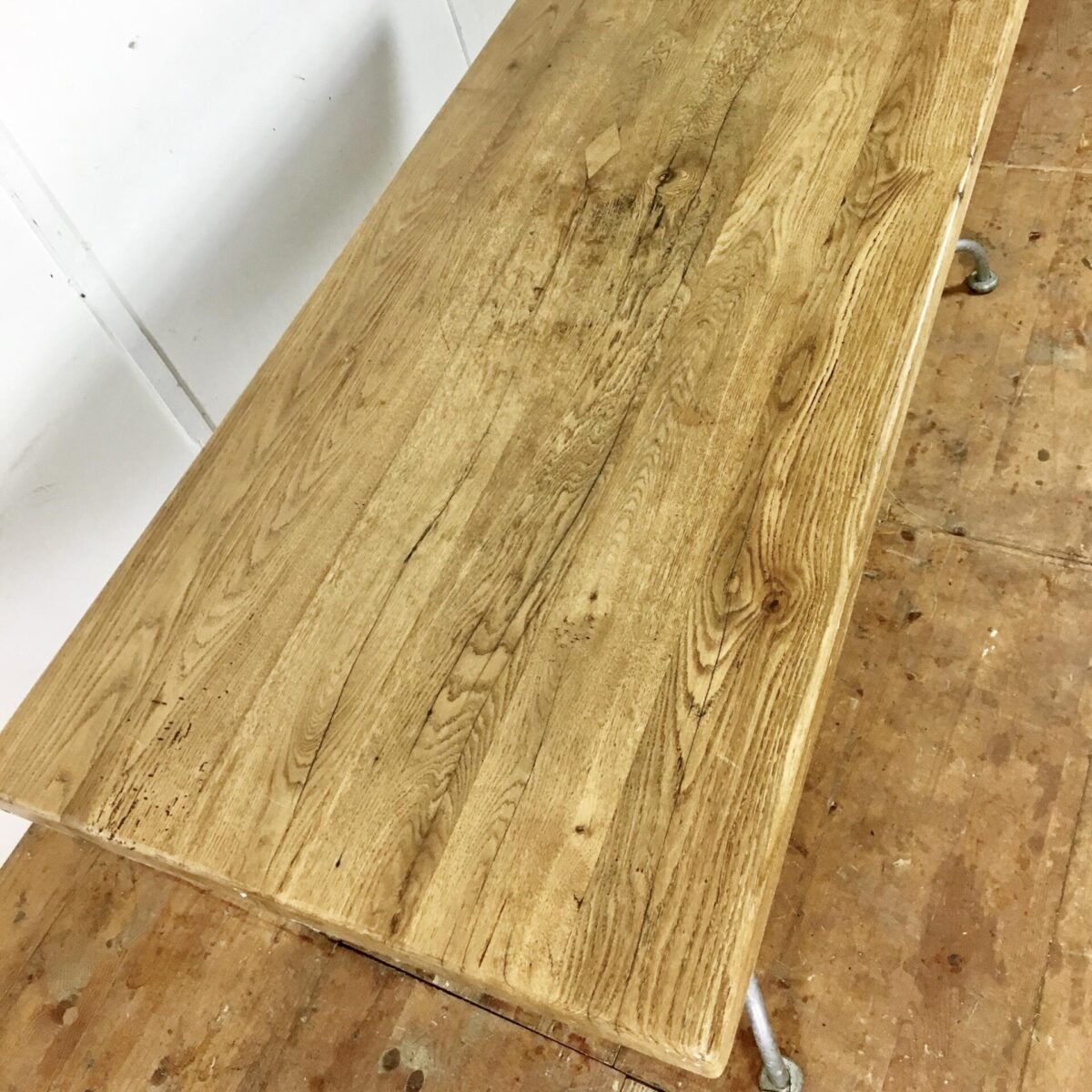 Esstisch 180cm mal 80cm. Tischblatt aus massivem alten Eichenholz. Tischgestell Metall Feuerverzinkt.