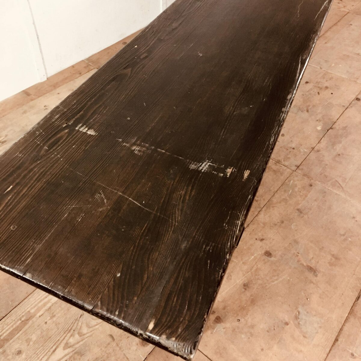 Alte Tannenholz Biergarten Tische 327cm mal 64cm höhe 77.5cm. Preis pro Tisch. Diese praktischen Klapptische bieten zusätzlich den Weinkeller Charme. Die rustikale dunkle Ausstrahlung, mit den Klapp Verstrebungen, würden auch gut in einem hellen puristischen Raum zur Geltung kommen.
