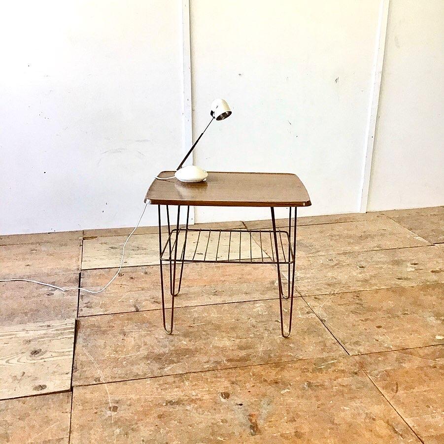 Messing Salontisch mit Zeitschrift Ablage 48cm Höhe 34cm 63cm mal 50cm Höhe 58cm. Tischblatt werzalit Holzdekor. Weitere Möbel vorhanden unter alle Inserate oder mehr Inserate