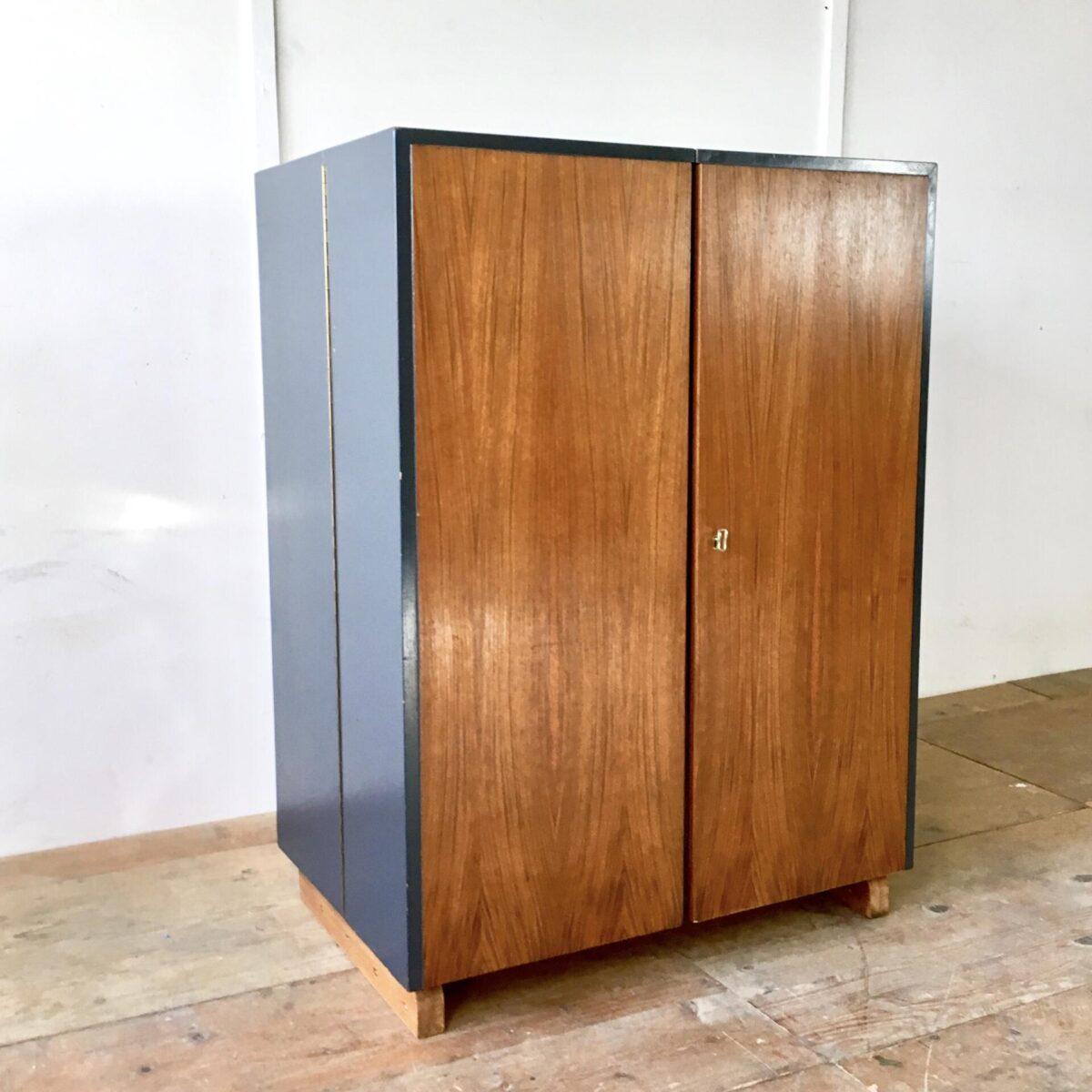 Mummenthaler möbel, magicbox 60er70er jahre. 114h83b55cm tief, geöffnet 167cm breit. Ausgefallen eigenwilliges möbel, sieht geschlossen unscheinbar etwas plump aus. Wenn es geöffnet ist kommt einiges zum vorschein. Aufklappbarer Schreibtisch Buchenholz furniert mit Schublade. Vorrichtung für hängeregister und diverse fächer für ein aufgeräumtes Büro. Front Nussbaum furniert abschliessbar, seitlich und oben grau Anthrazit lackiert.