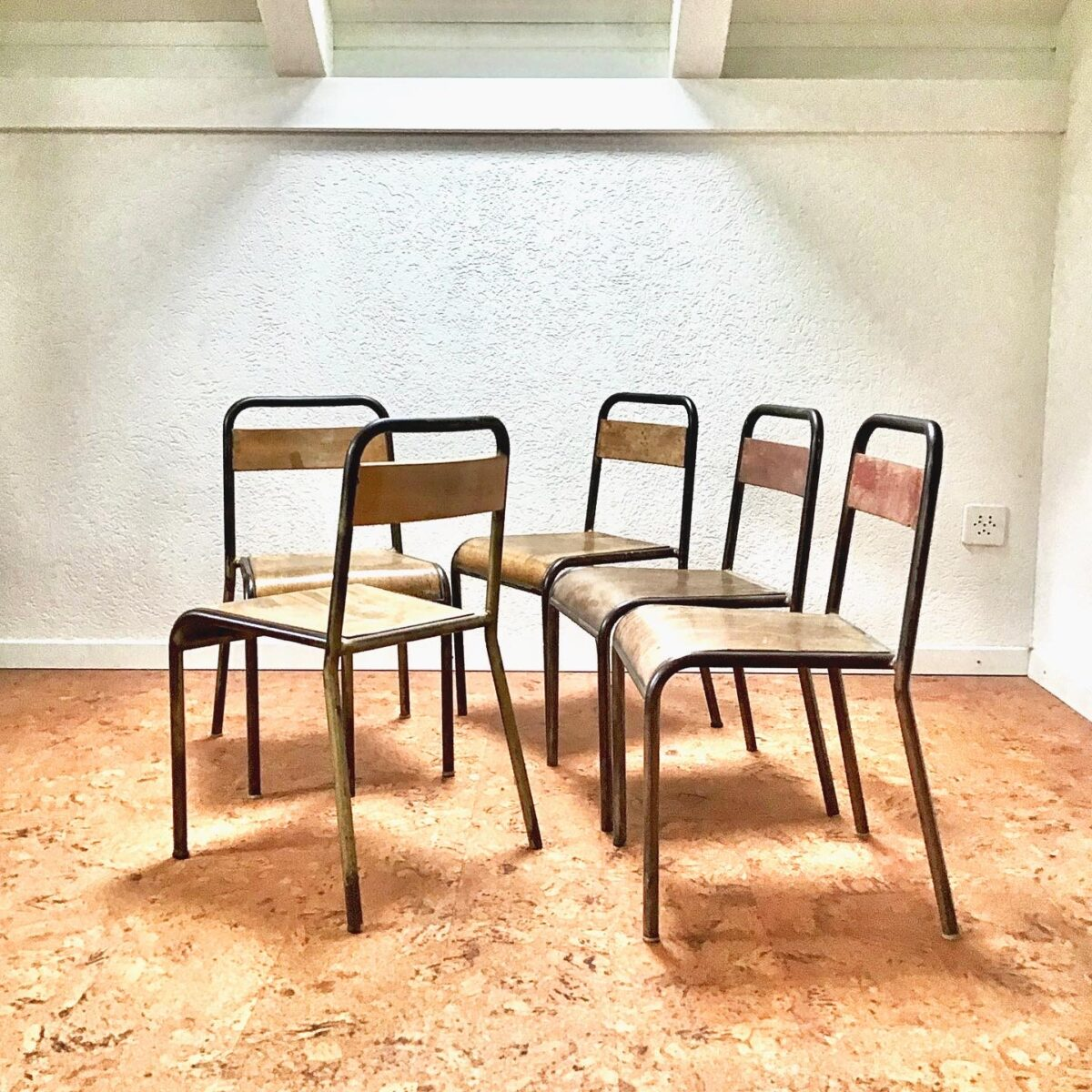 Alte französische Metallstühle, Sitzfläche formsperrholz, lehne aus Vollholz. Metall Gestell mit schöner braun goldener Patina.