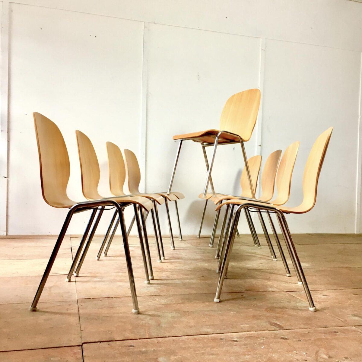 40 Stapelstühle, preis pro Stuhl. Stahlrohr gestell verchromt mit Kunststoff Füssen. Sitzschalen Buche Formsperrholz. Zustand fast neuwertig minimale Gebrauchsspuren. Schulstühle, Mensa Stühle, Saal Bestuhlung.