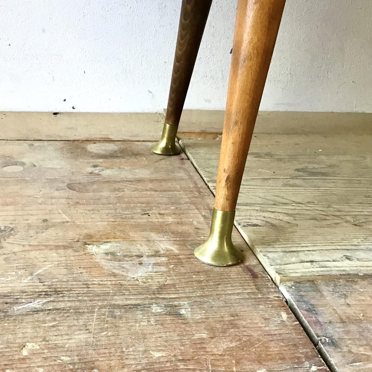Grosses Sideboard 60er Jahre 250cm mal 46cm Höhe 153cm. Dieses Möbel wirkt trotz der grösse relativ leicht. Nussbaum furniert, mit vier Schiebetüren. Das Schnapsfach hat ein rotes Glas am Boden und ein Spiegel an der Rückwand. Der Spiegel hat ein paar ausgefressene stellen. Zusätzlich hat's zwei kleine Glas Tablare mit schön verchromten Konsolen. Unter den Schiebetüren befinden sich vier Schubladen mit langen Messing Griffen. Die Beine mit den Messing Abschlüssen runden das ganze ab. Und geben dem Möbel die Bodenfreiheit.