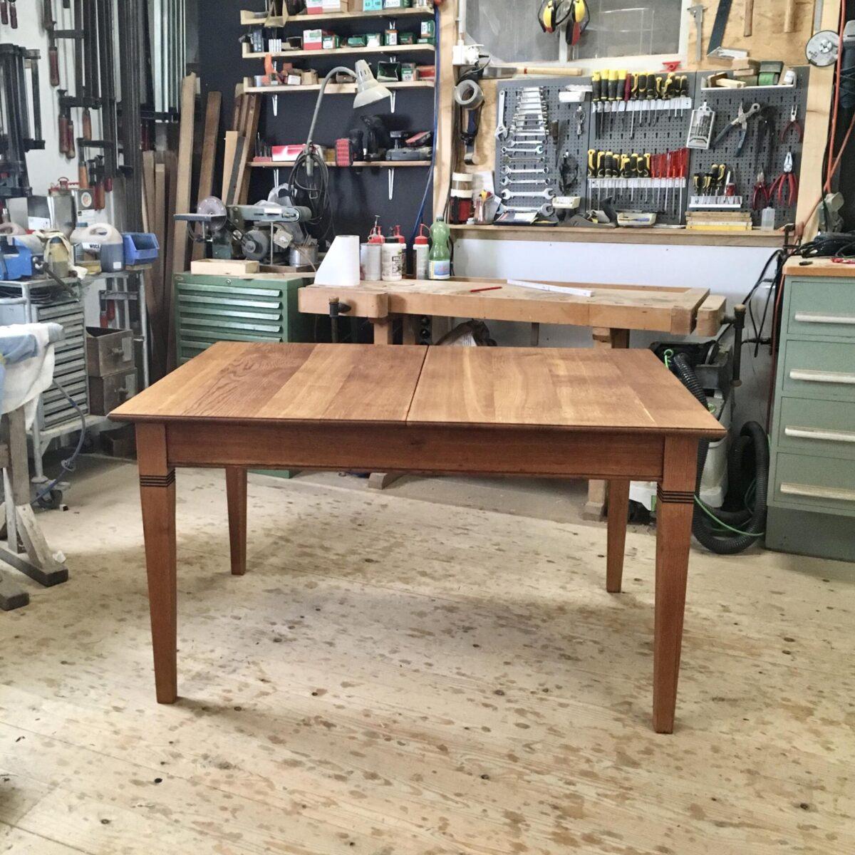 Massivholz Eichen Tisch 226cm ausgezogen mal 100cm höhe 76cm. Die Verlängerungselemente sind je 44cm, und können praktisch im Bauch des Tisches eingeklappt werden. Die kleinste Variante ist 138cm mal 100cm.