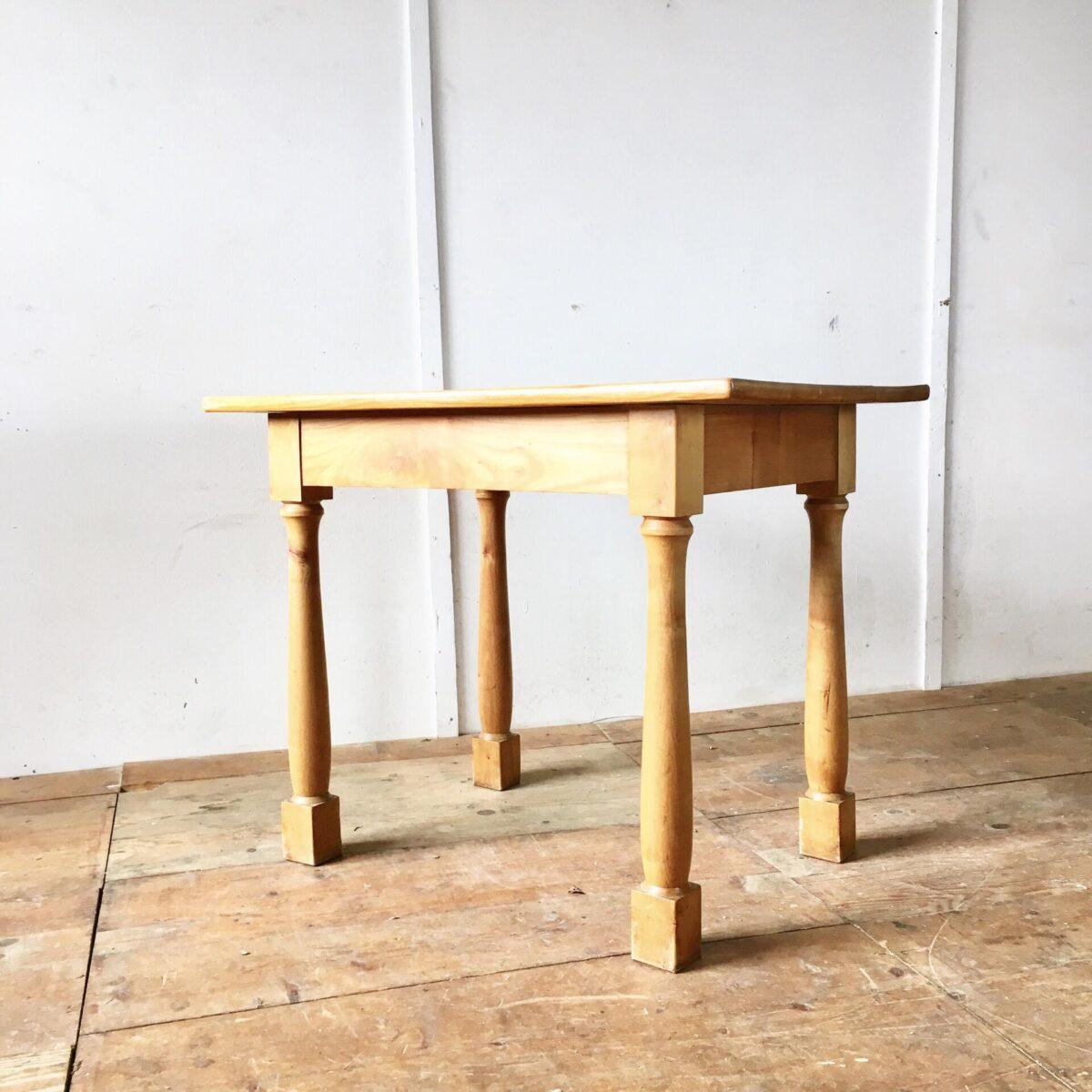 Kirschbaum tisch 94cm mal 64cm höhe 75cm. Schreibtisch mit den etwas anderen Beinen.