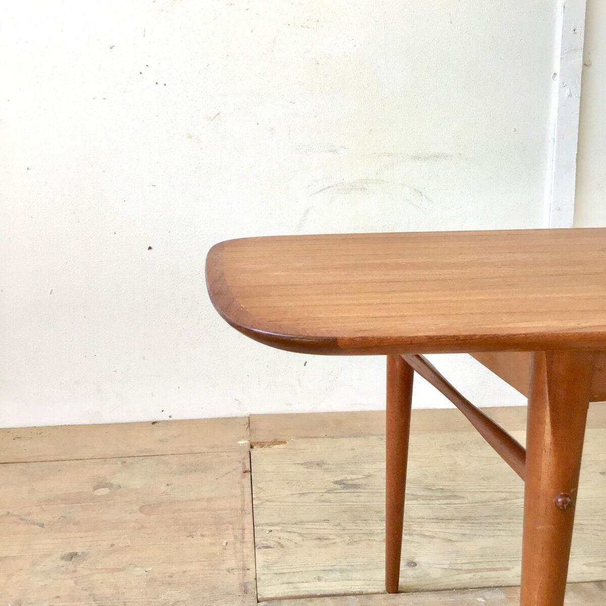 Midcentury teak Salontisch 140cm mal 54cm Höhe 47.5cm. Länglicher coffetable, Tischblatt mit leicht gerundeter Grundform. Furniert mit Vollholz Kanten. Konische Tischbeine mit filigranen quer Verstrebungen.