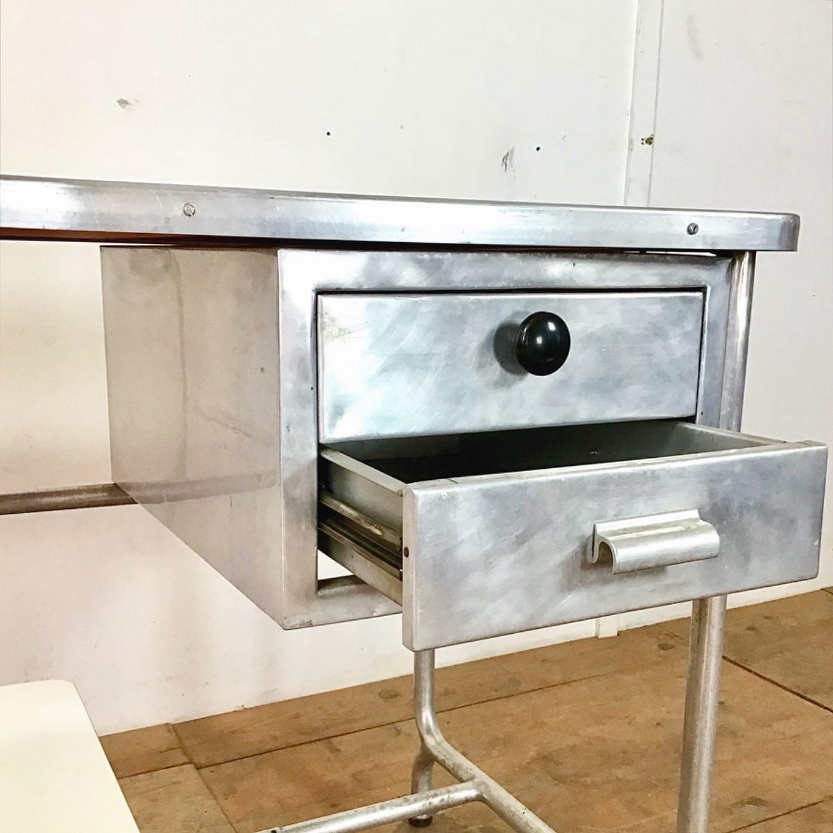 Aluminium Tisch. Schreibtisch mit Schubladen. 111cm mal 60cm höhe 78cm. Der Stuhl ist höhenverstellbar. Tisch Oberfläche matt Violett lackiert