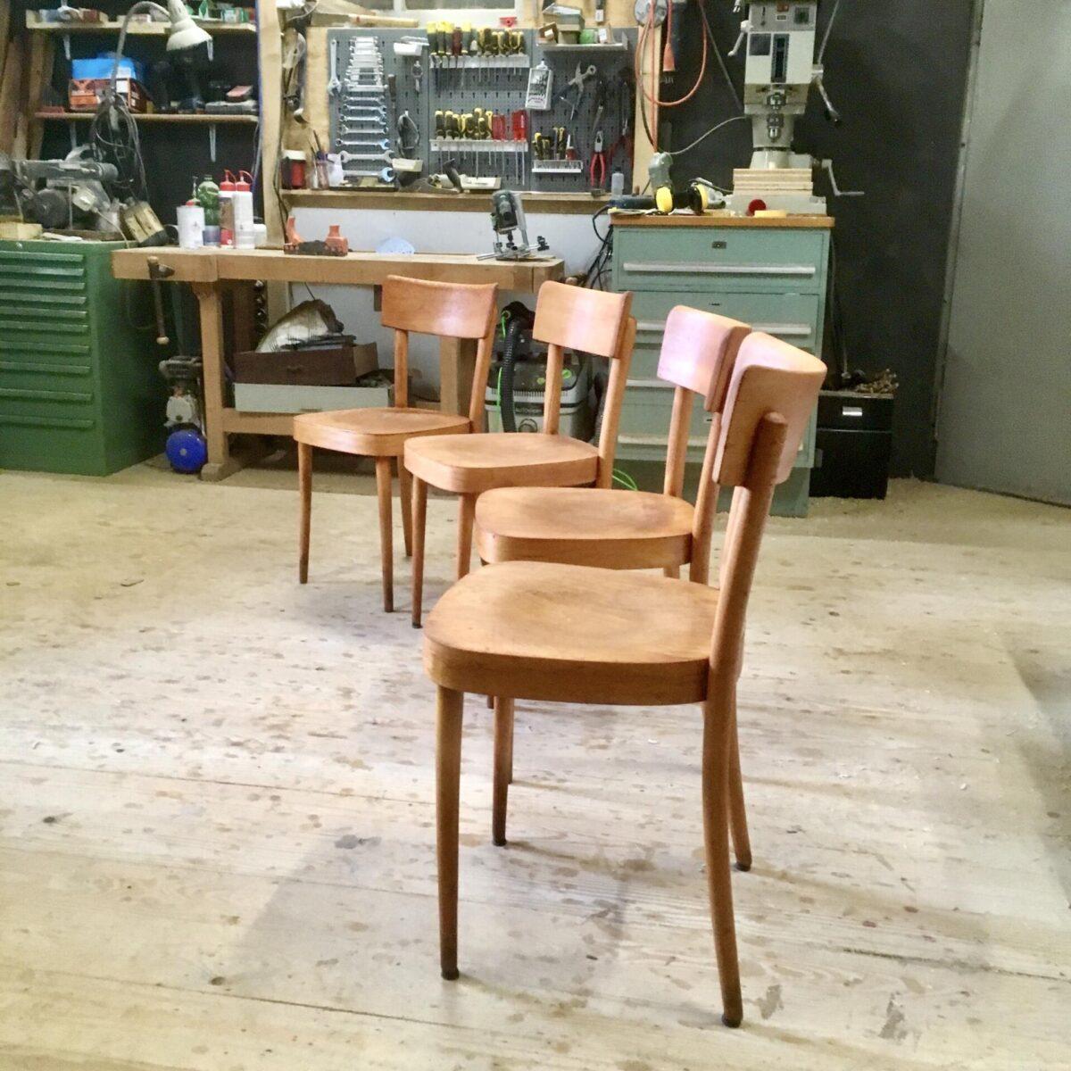 4 Beizenstühle von Keusch und Sohn. Buchenholz Stühle mit runden Beinen. Matte rötlich braune Patina.
