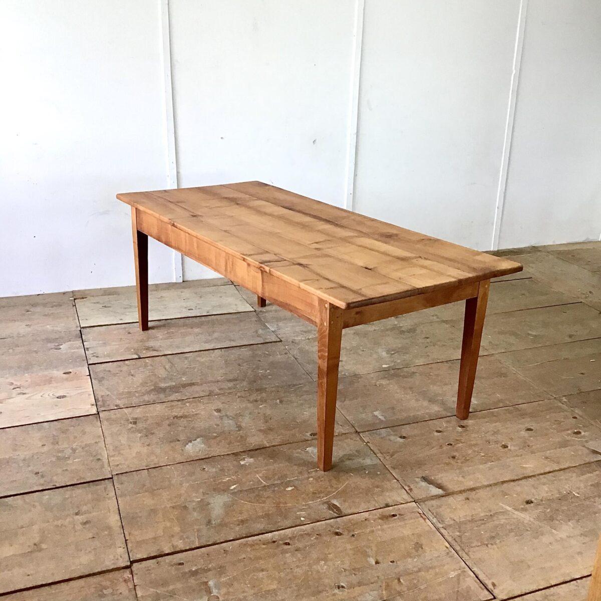 Deuxieme.shop Biedermeier Tisch 200cm mal 80cm Höhe 74cm. Kirschbaum Massivholz Esstisch mit schlichten Biedermeier Füssen. Intensive rötliche Farbe und lebendige holz Maserung. Der Tisch bietet Platz für 8 Personen.