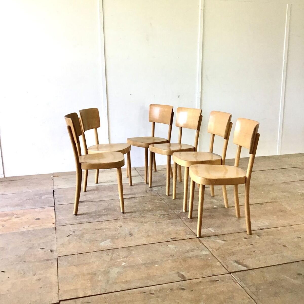 31 Beizenstühle von Horgenglarus preis pro Stuhl. Esszimmer Stühle mit runden Beinen. Bequem hoher Rücken ähnlich wie bei dem Modell Safran jedoch aus Vollholz.