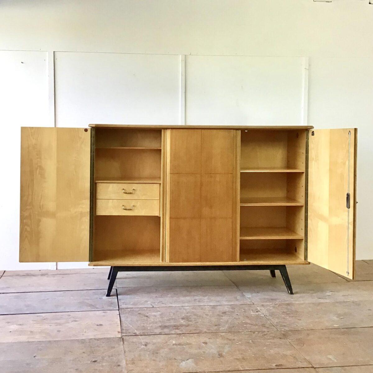 Vintage Sideboard aus den 60er 70er Jahren. 180cm mal 50cm Höhe 135cm. Geschirrschrank von Brunner Qualität AG.