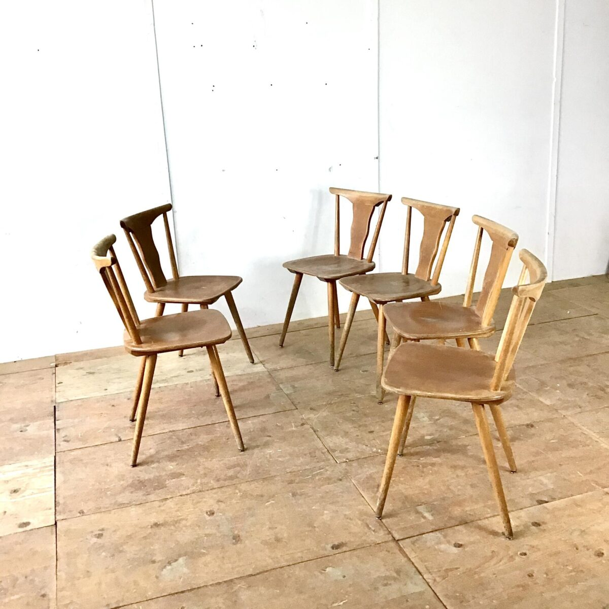 10 Beizenstühle, Stabellen, preis pro Stuhl. Esszimmer Stühle mit spezieller Rückenlehne. Gut sichtbare Gebrauchsspuren, technisch jedoch stabil und bequem.