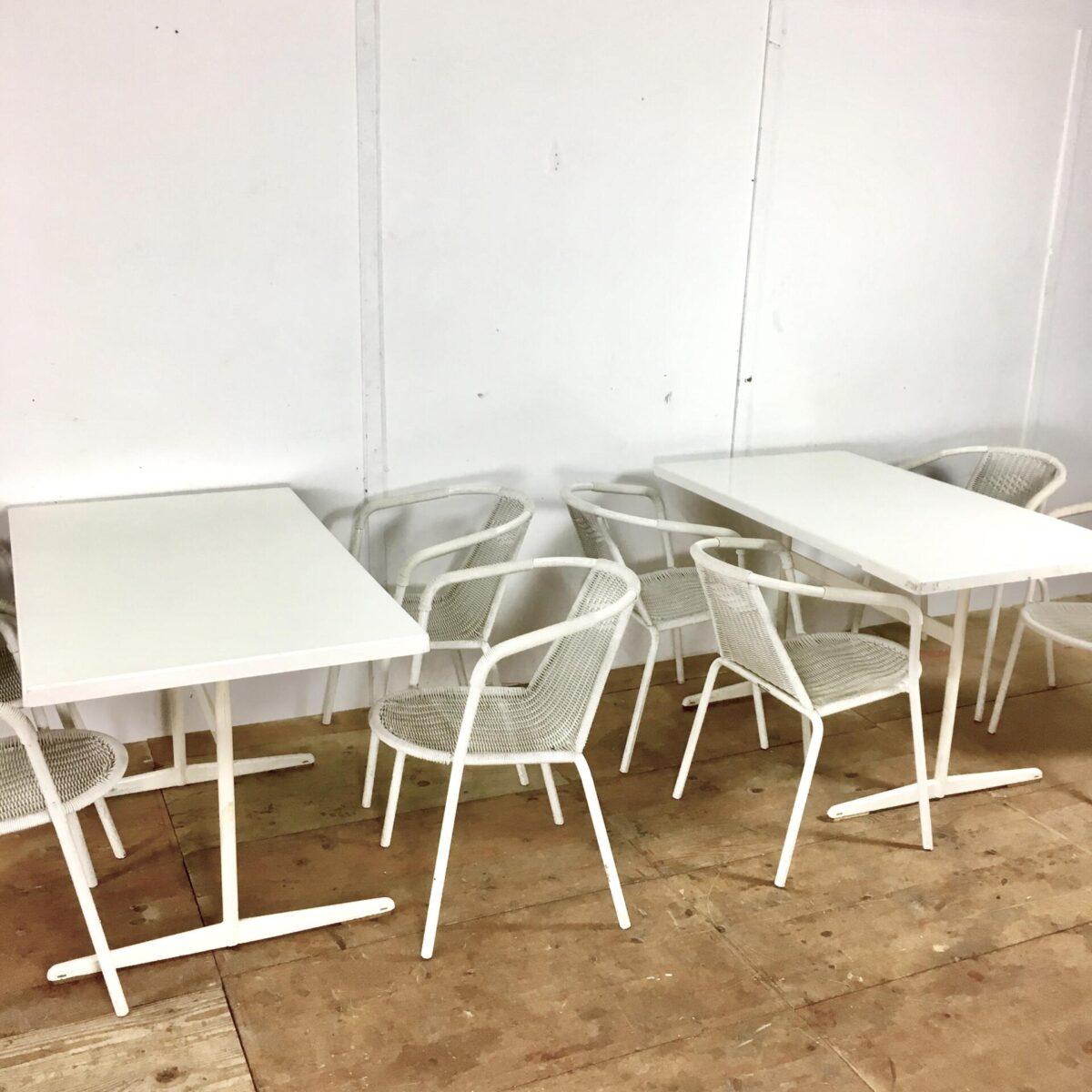 11 Gartentische 44 Stühle preis pro Tisch inklusive 4 Stühle. Weisse Schaffner Klapptische 120cm mal 70cm. Die Tische haben ein paar Schrammen und Blessuren, Mechanisch jedoch in gutem Zustand. Die Stühle hatten auch schon weissere Zeiten. Sie sind Stapelbar und noch gut zu brauchen.