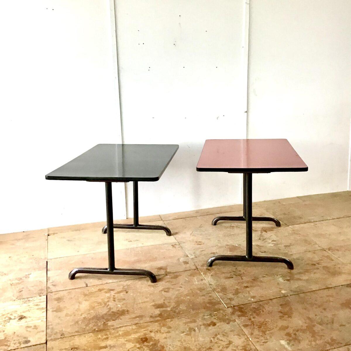 Roter und Schwarzer Küchentisch. 110cm mal 70cm höhe 75cm. Preis pro Tisch. Schwarze leicht abgewetzte Stahlrohr Tischbeine. Tischblatt Kelko mit hart Kunststoff Kante.
