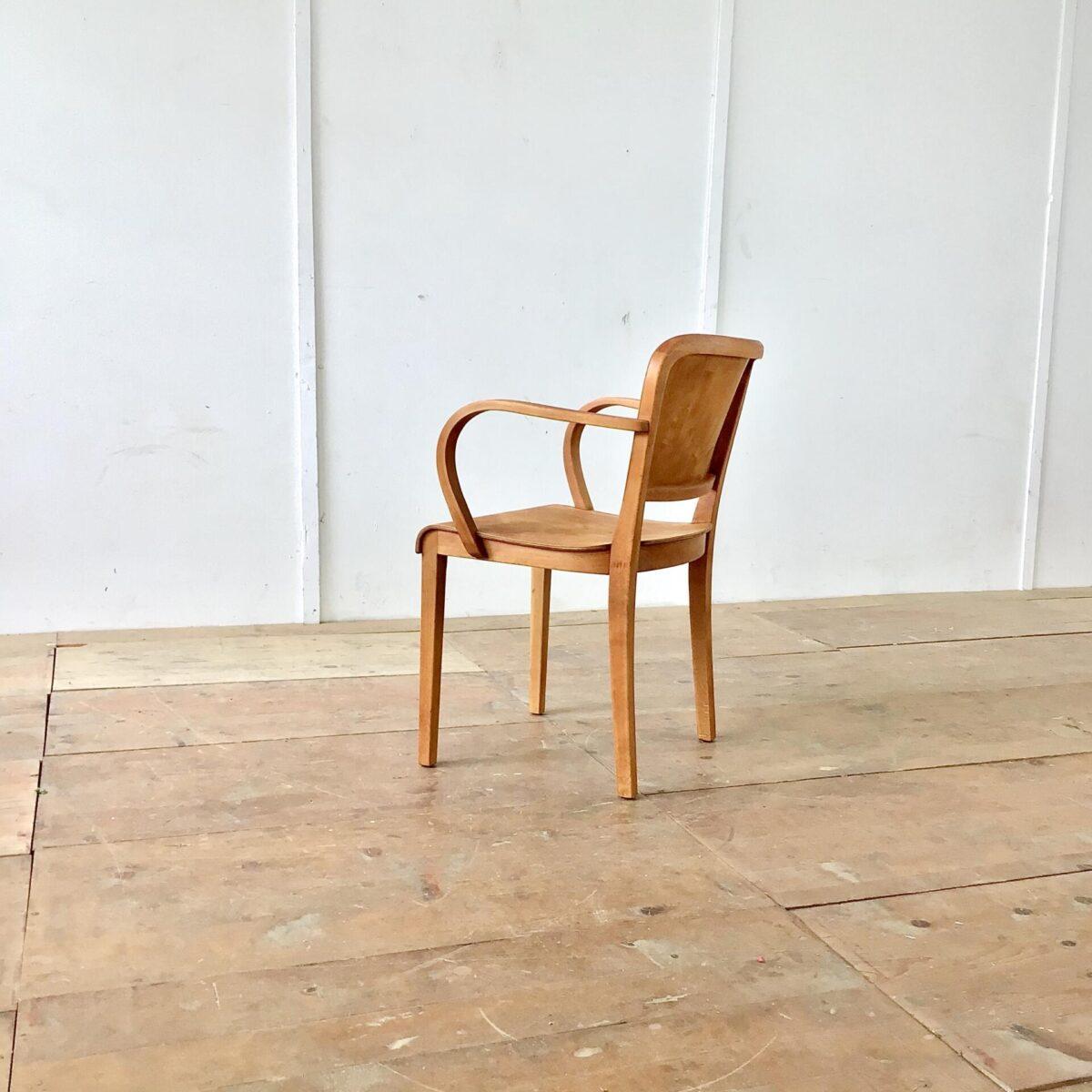 deuxieme.shop Gut erhaltener Armlehnstuhl von horgenglarus. Komplett Geschliffen und geölt. Warme Matte, leicht rötliche Ausstrahlung. Durch seine breite und sehr ergonomische Ausarbeitung kann man ihn gut mit Armlehnsessel bezeichnen.
