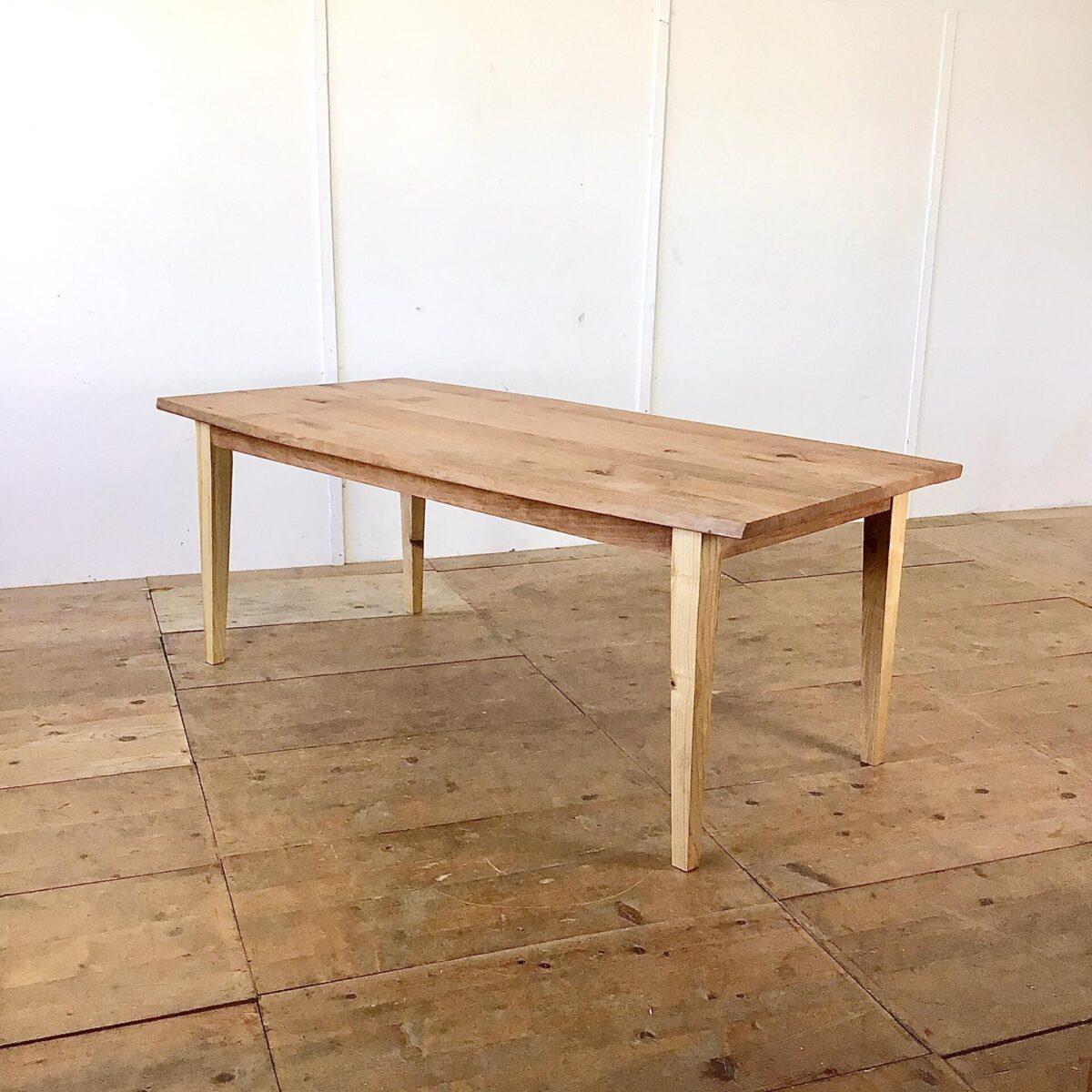 deuxieme.shop Birnbaum Tisch mit Eschenholz Beinen. 197 x 90cm Höhe 75cm. Die Baumkanten an den Längsseiten sind etwas geschwungen. Holzoberflächen geölt.