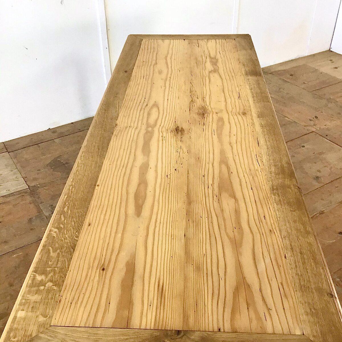Antiker Beizentisch aus Frankreich220 x 76.5cm Tischblatt Tanne Massivholz mit Eichen Umrandung. Der lange Esstisch, mit gedrechselten Eichenholz Beinen, bietet Platz für bis zu 10 Personen.