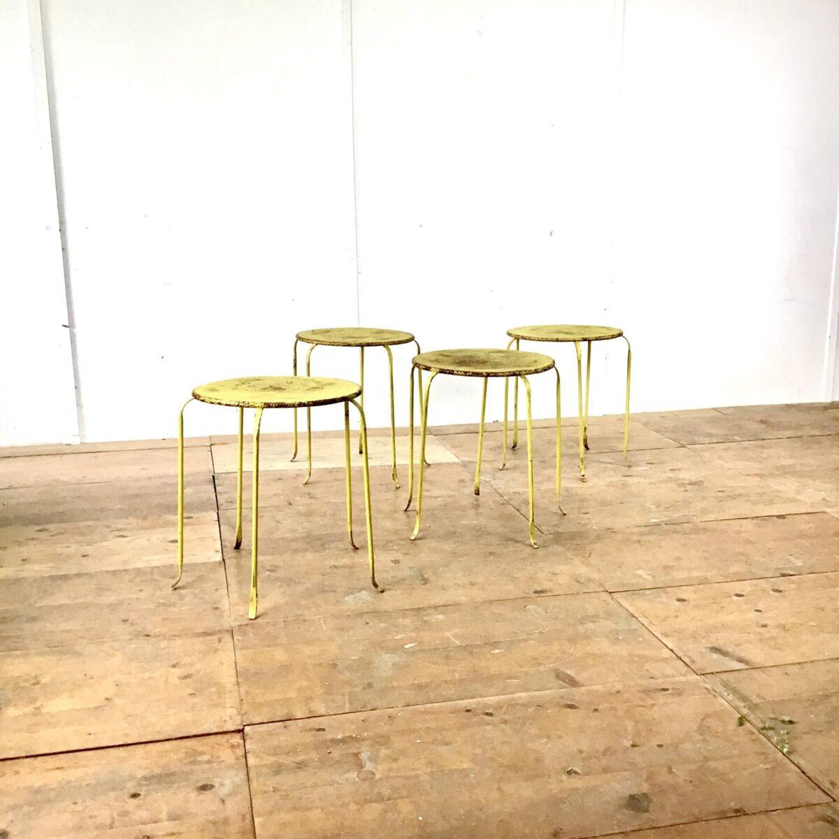 deuxieme.shop Vier Metall Gartentische Durchmesser 46cm Höhe 54cm. Filigrane Beine nicht allzu belastbar. Aber als Blumen Tischli, Kaffeetisch oder für dekoratives gut geeignet.