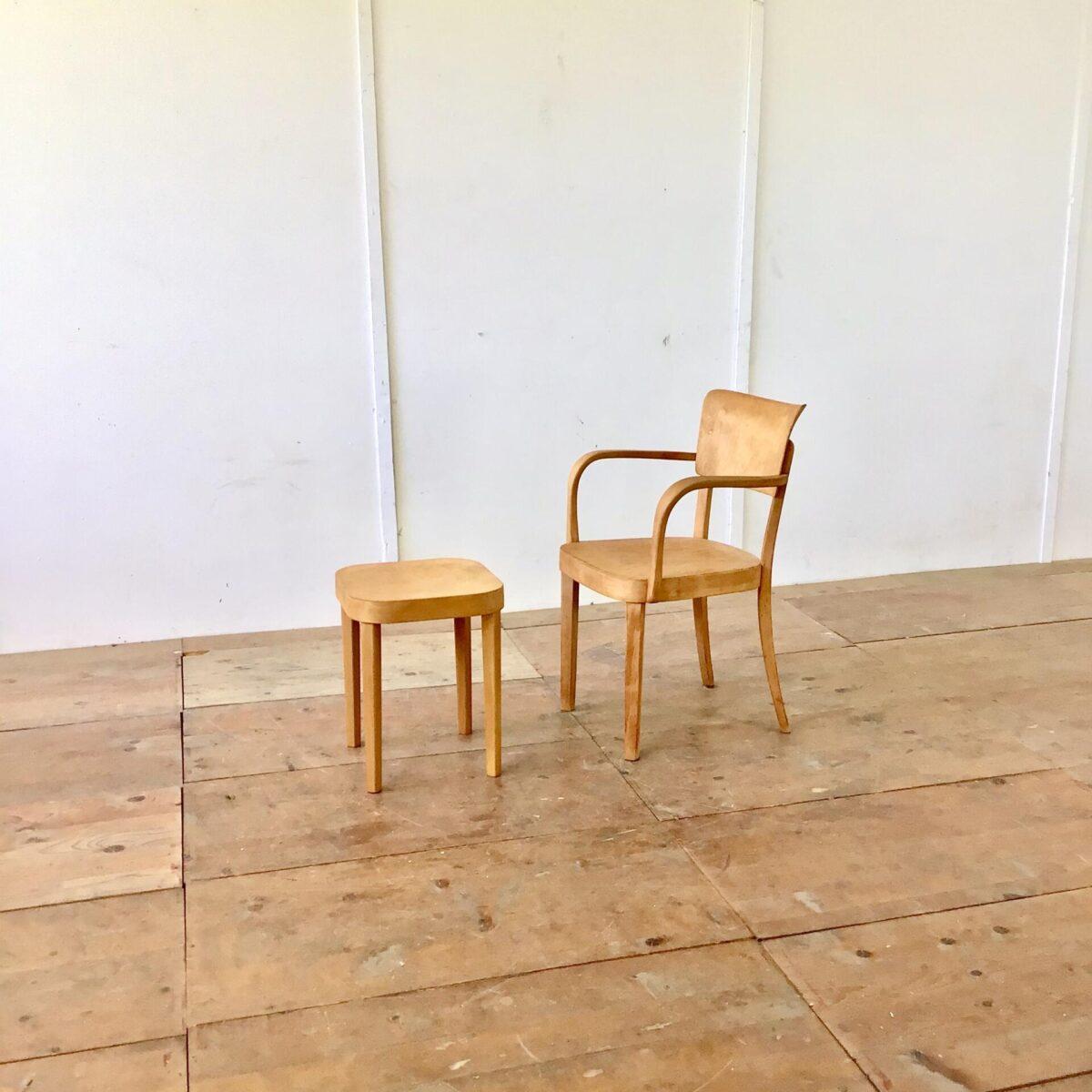 Zwei Armlehnstühle von horgenglarus. Stabiler Zustand Oberfläche geschliffen und geölt. Warme matte Alterspatina. Dieser Stuhl wird heute noch ohne Armlehnen produziert, unter dem Modell Safran. Natürlich nicht so breit wie diese zwei Sessel.