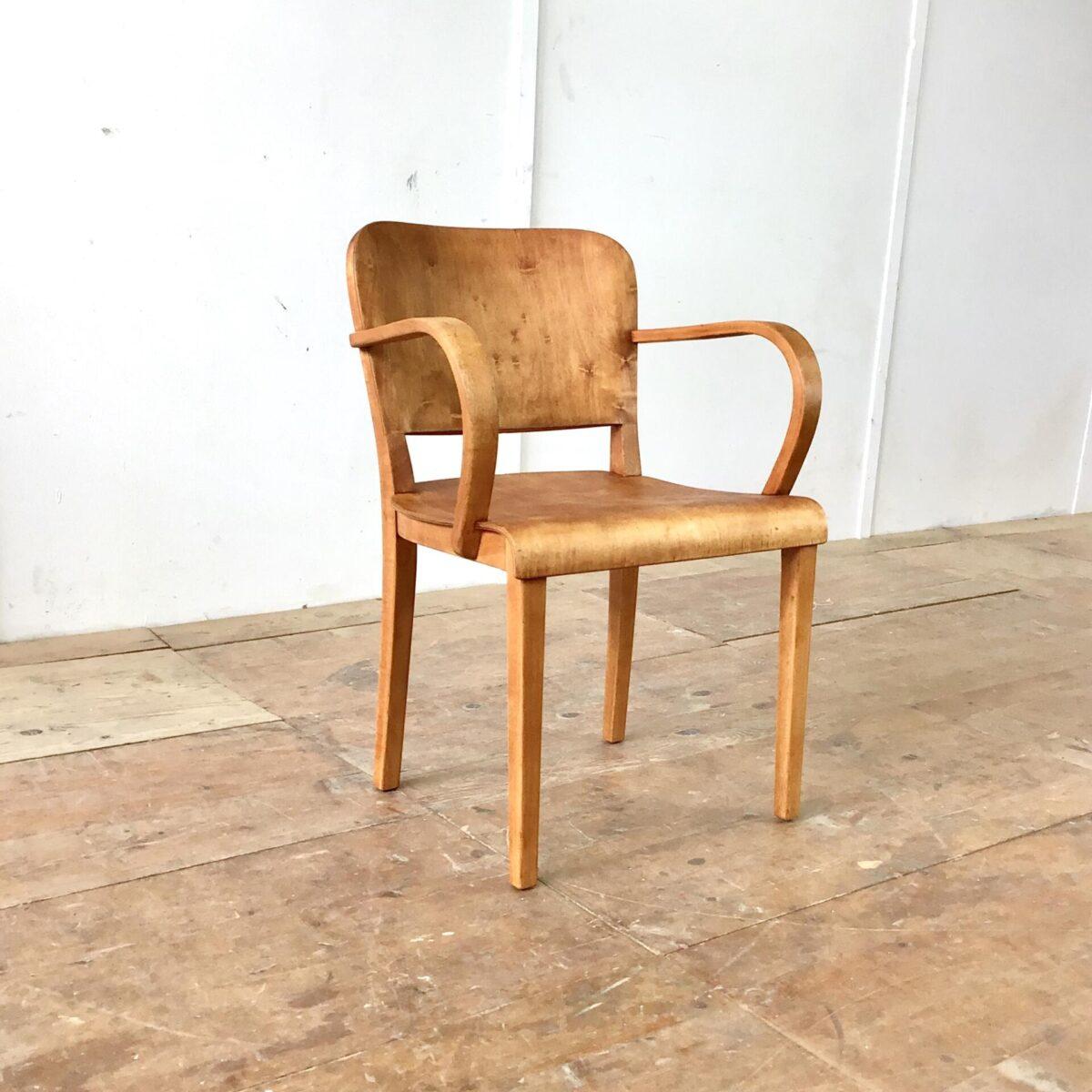 Gut erhaltener Armlehnstuhl von horgenglarus. Komplett Geschliffen und geölt. Warme Matte, leicht rötliche Ausstrahlung. Durch seine breite und sehr ergonomische Ausarbeitung kann man ihn gut mit Armlehnsessel bezeichnen.