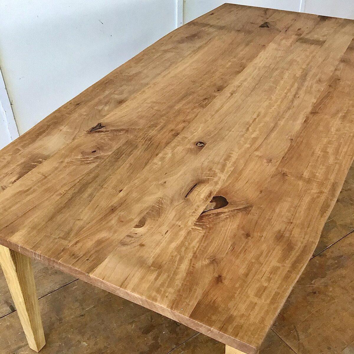 Birnbaum Tisch mit Eschenholz Beinen. 197 x 90cm Höhe 75cm. Die Baumkanten an den Längsseiten sind etwas geschwungen. Holzoberflächen geölt.