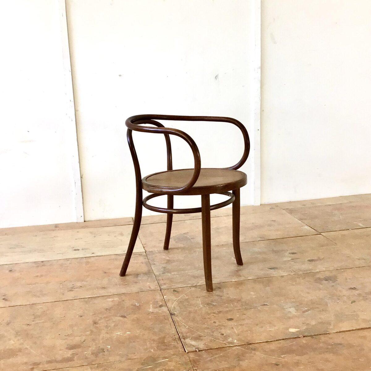 deuxieme.shop 209 Bugholz Stuhl Thonet. Dunkelbraune warme Alterspatina. Die Sitzmulde ist leicht geprägt mit einem Krokodil Muster.